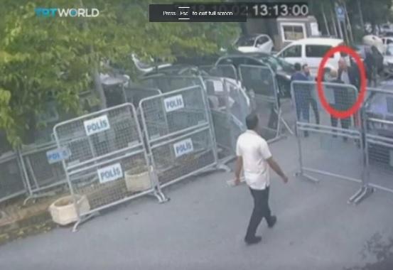 جمال خاشقجي يقف خارج بوابات القنصلية السعودية في اسطنبول