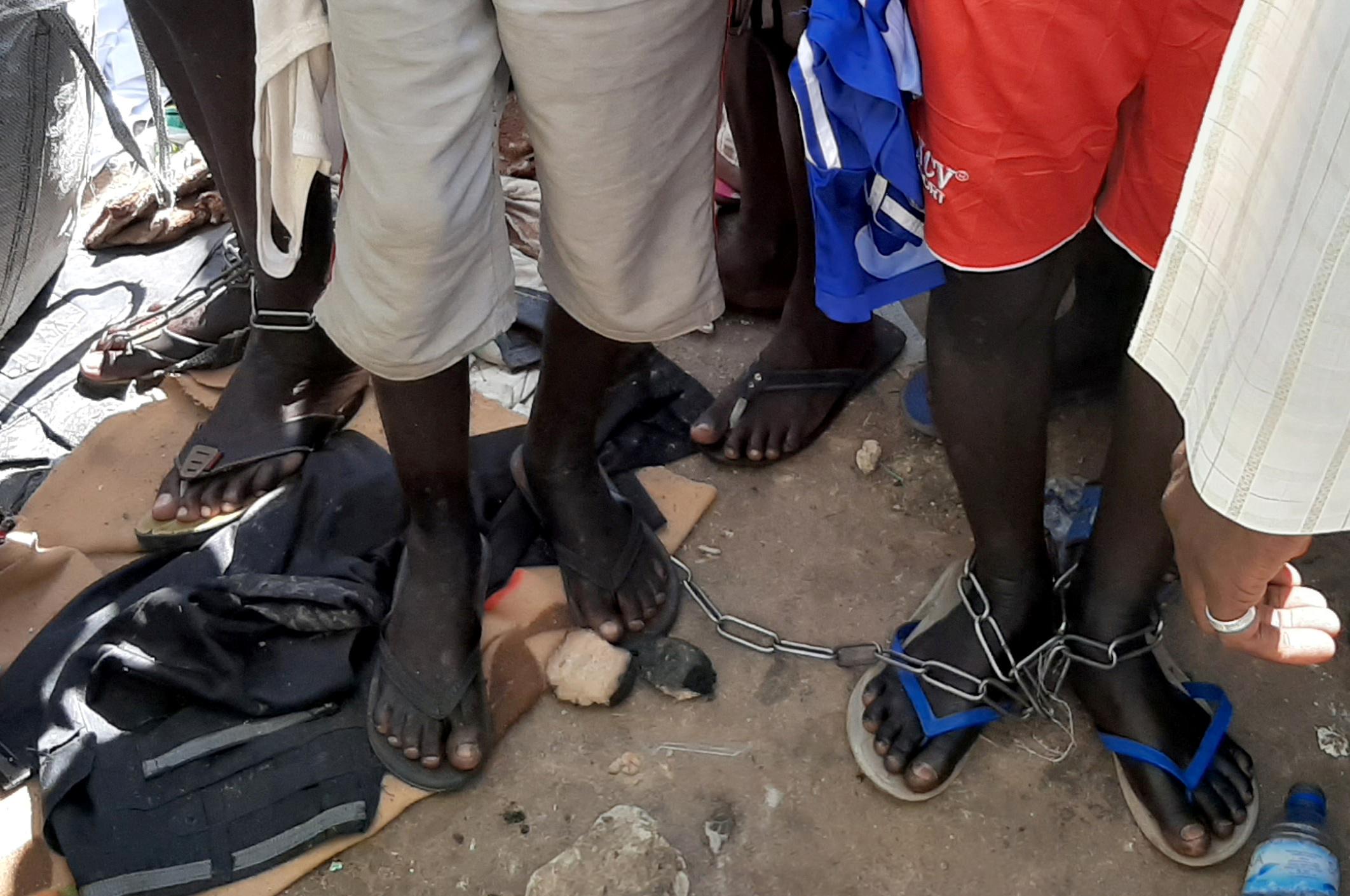 طلبة عثر عليهم مقيدين بسلاسل في المدرسة