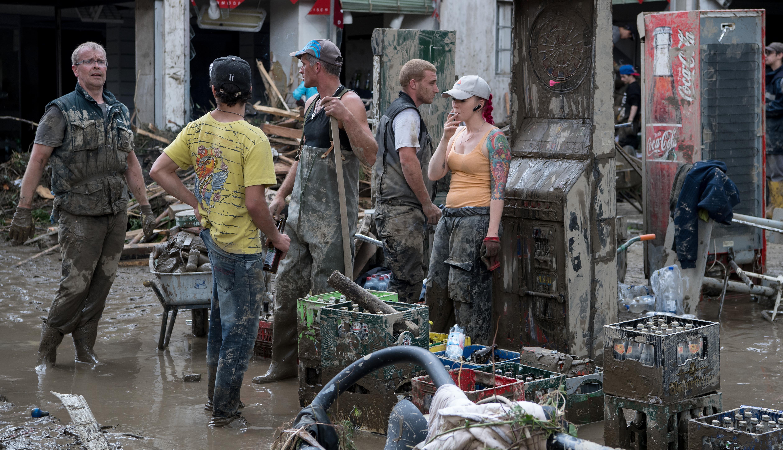 مساعدون يأخذون قسطا من الراحة بعد عملية تنظيفات جراء الفيضانات في زيمباخ آم إن، جنوب ألمانيا