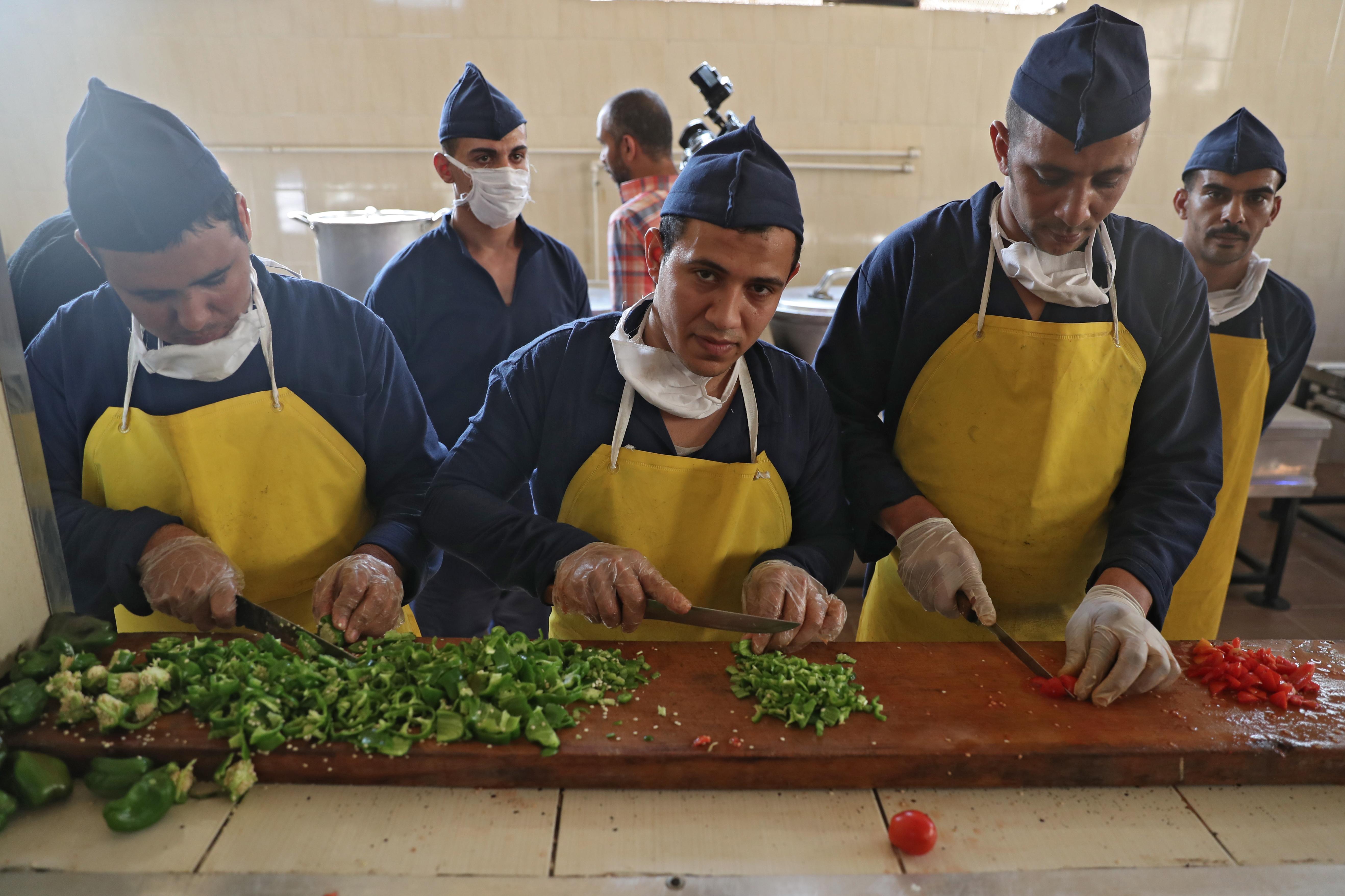 مساجين آخرون أثناء إعدادهم الطعام بينما يزورهم الوفد الإعلامي -11 نوفمبر 2019