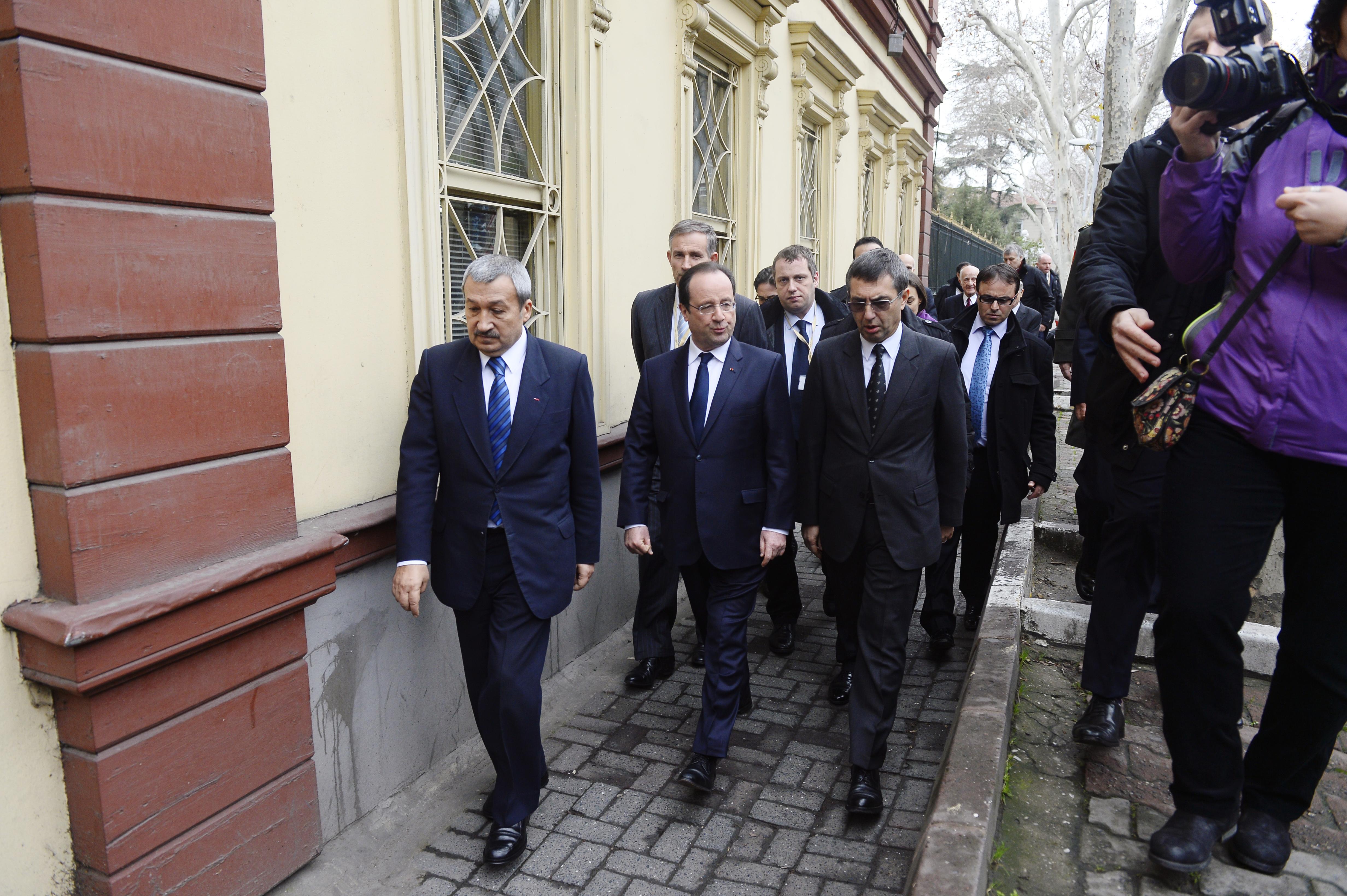 زيارة سابقة للرئيس الفرنسي فرنسوا هولاند إلى جامعة غلطة سراي العريقة في اسطنبول عام 2014.