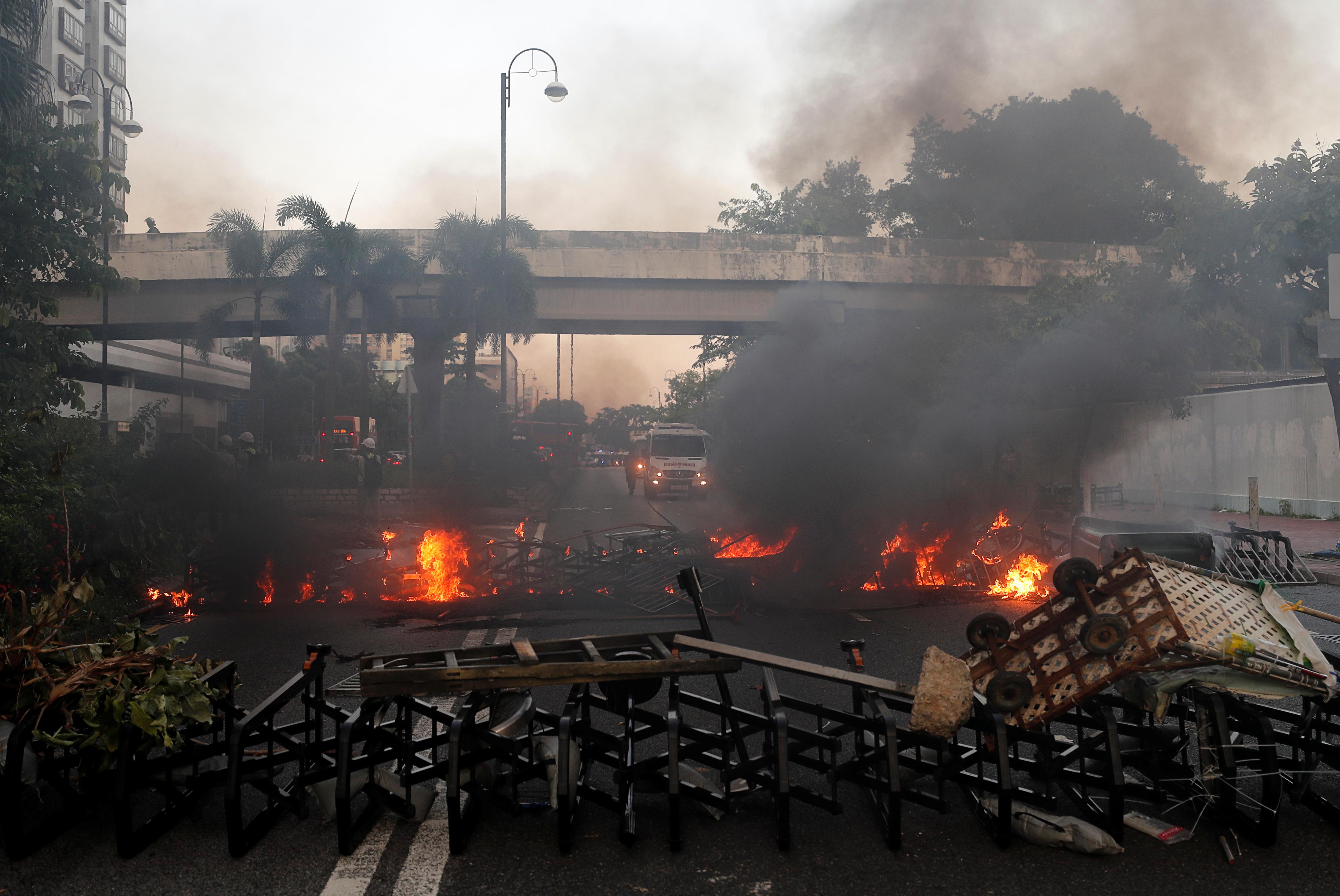أشعل محتجون النيران في بعض الطرق في منطقة شا تن