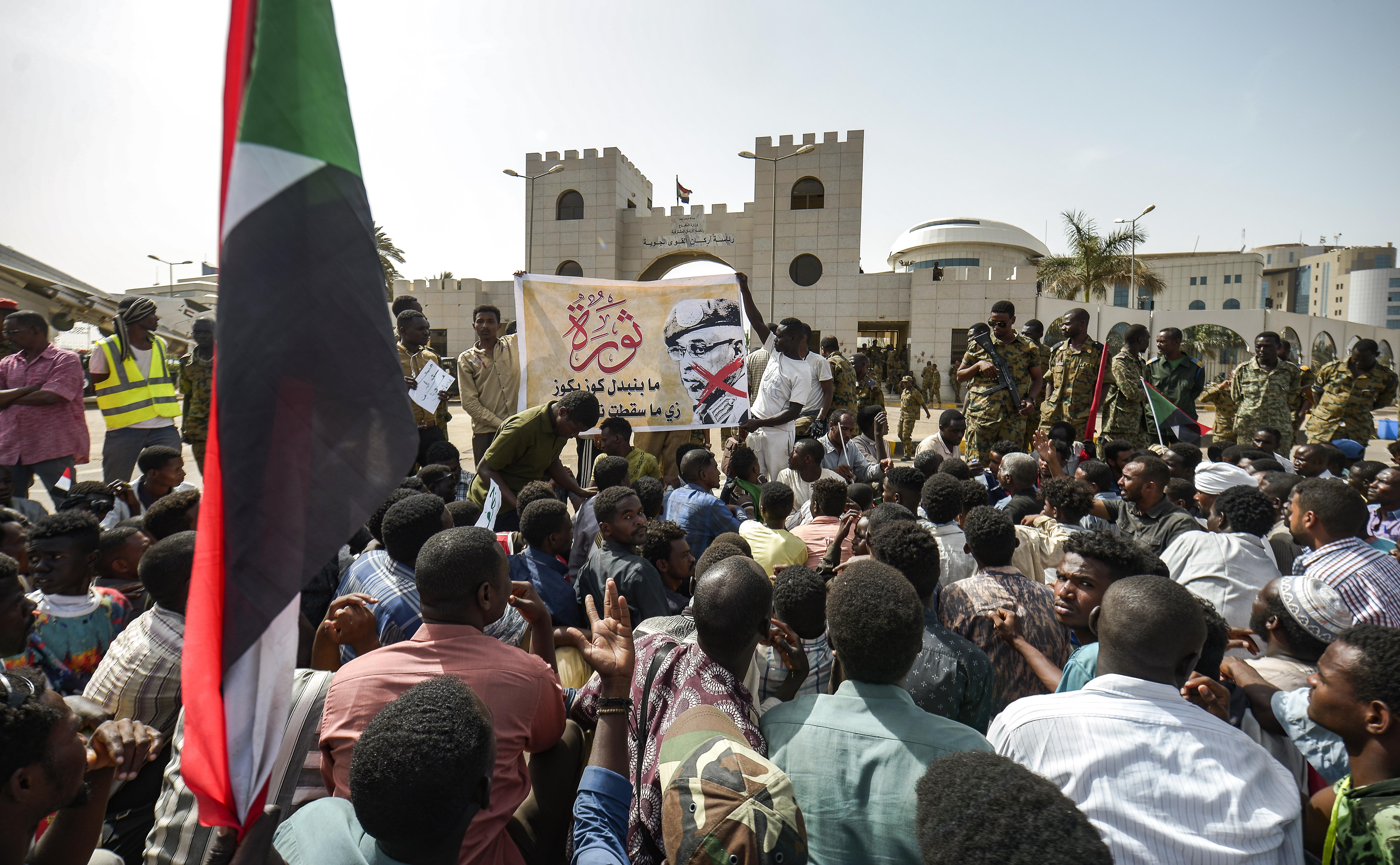 احتجاجات امام مقر قيادة الجيش في الخرطوم