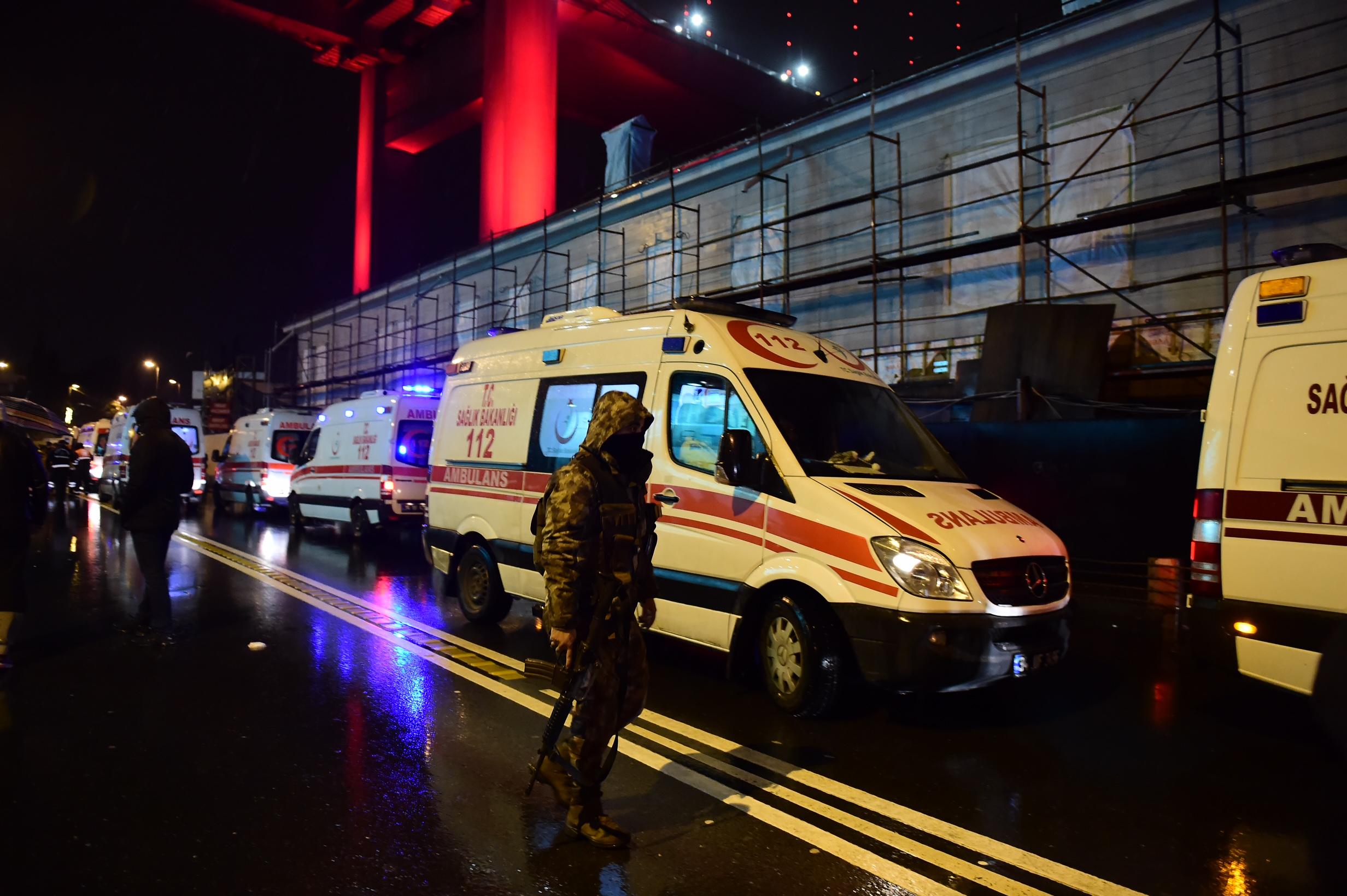 موقع الهجوم في اسطنبول حيث تواجدت قوات الأمن الخاصة وسيارات الإسعاف