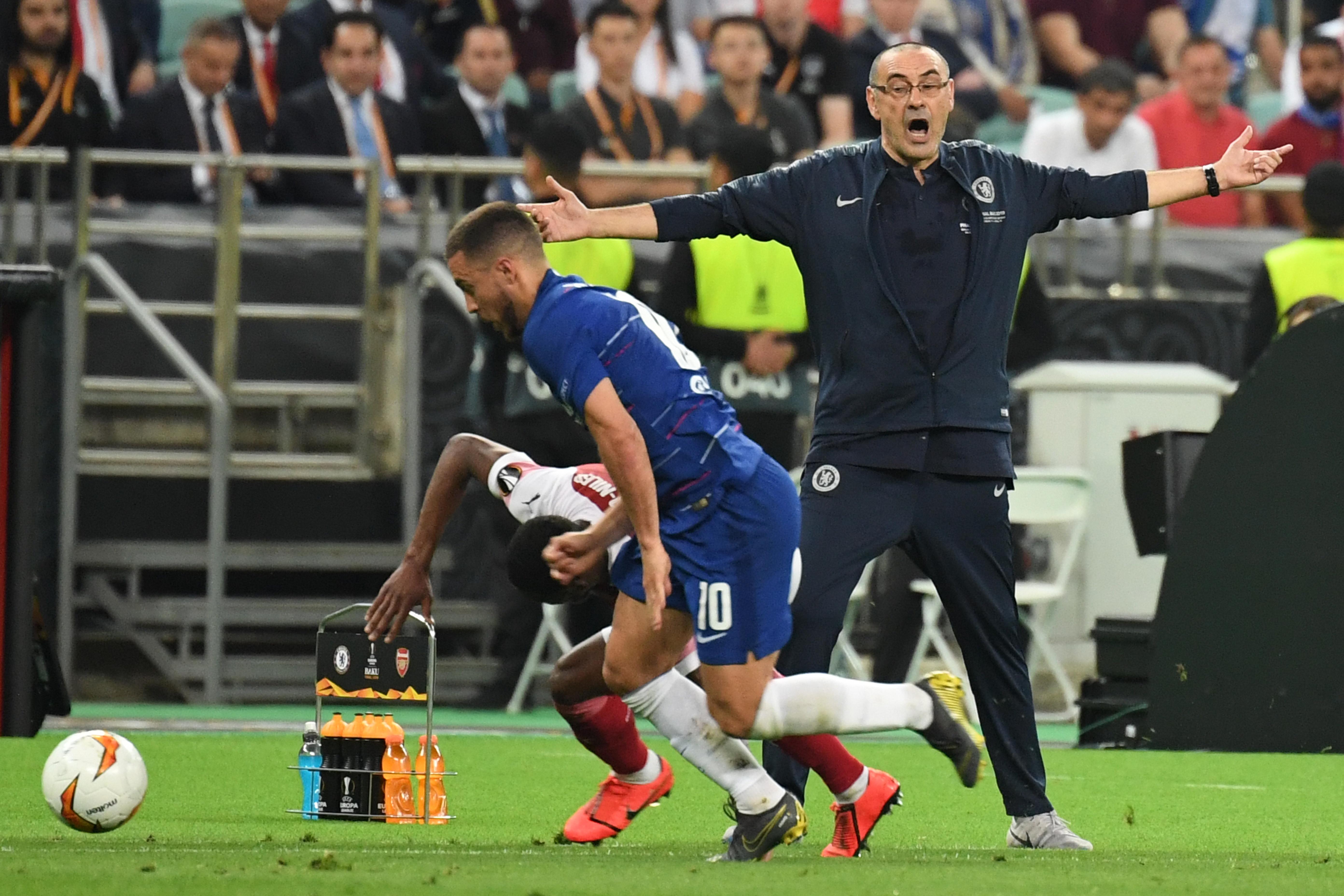ماوريسيو ساري وأمامه لاعب تشيلسي إيدن هازارد أثناء احتكاك مع أحد لاعبي أرسنال