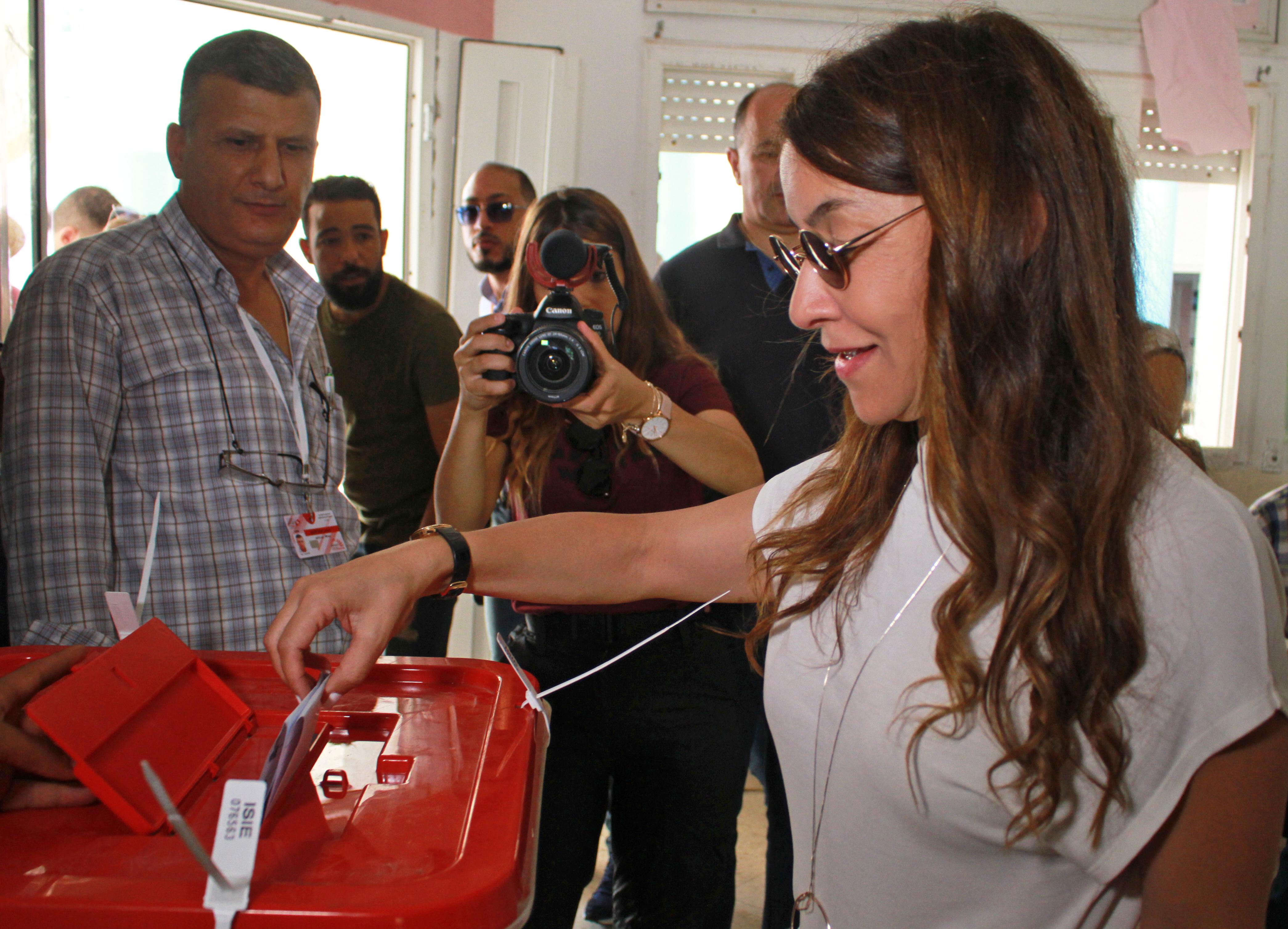 سلوى السماوي زوجة نبيل القروي المرشح للانتخابات الرئاسية التونسية لكنه يقبع في السجن بتُهم تبييض أموال