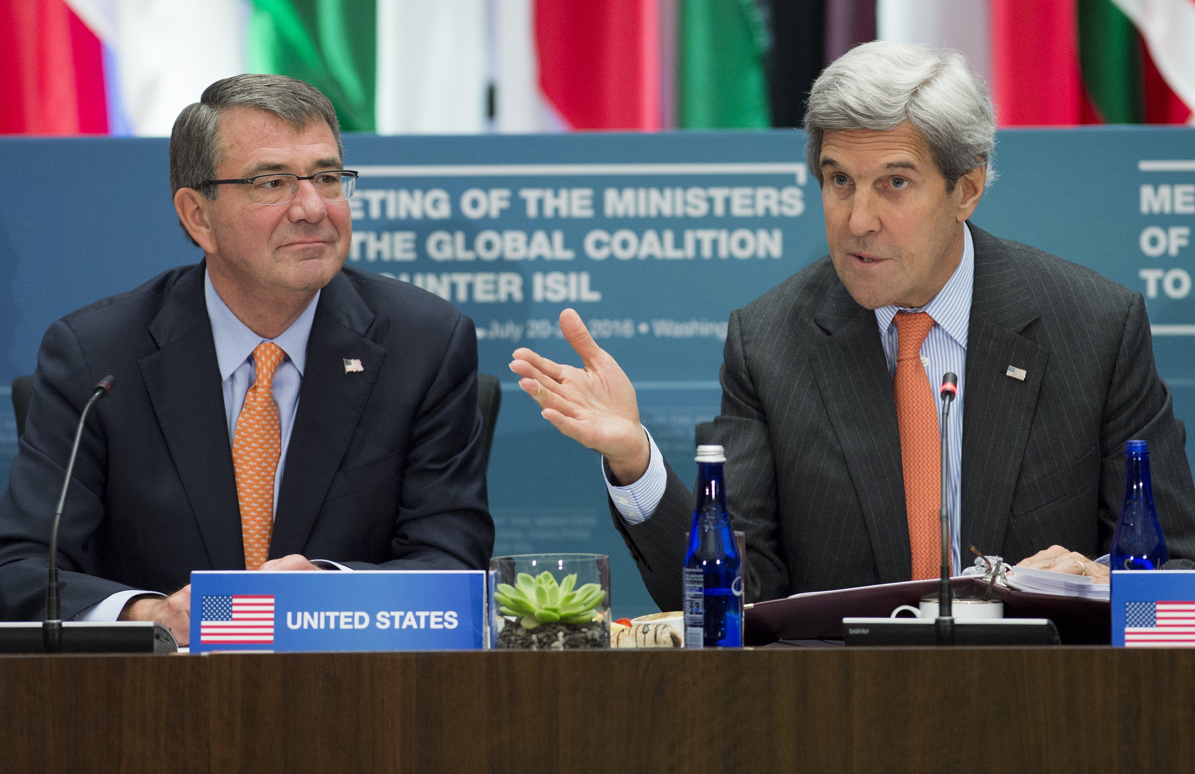 كيري وكارتر خلال الاجتماع الوزاري للدول المشاركة في التحالف ضد داعش في واشنطن