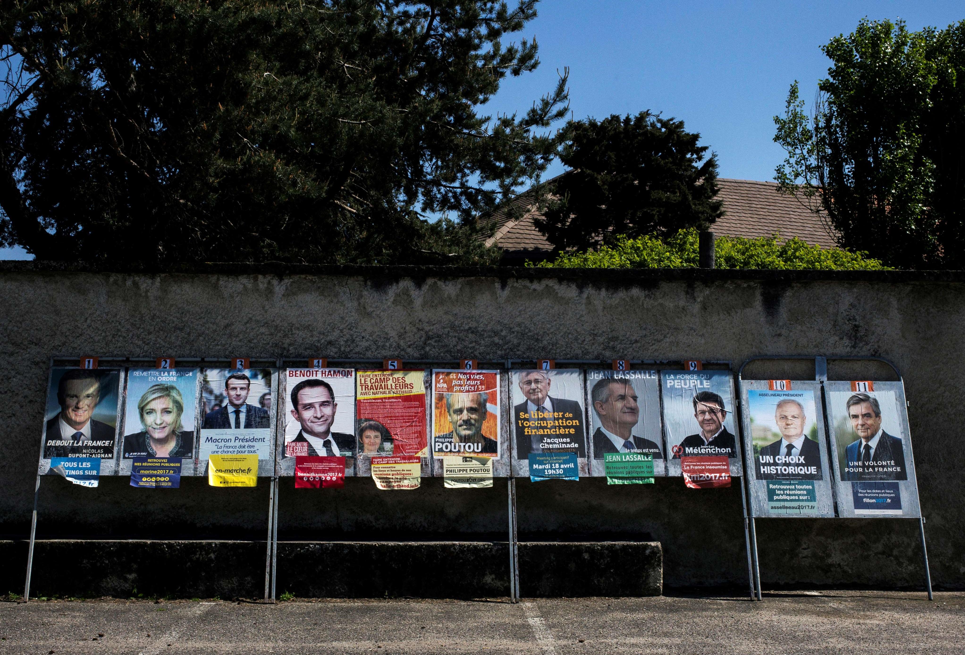 لوحات إعلانية لمرشحين في انتخابات الرئاسة الفرنسية في ليون