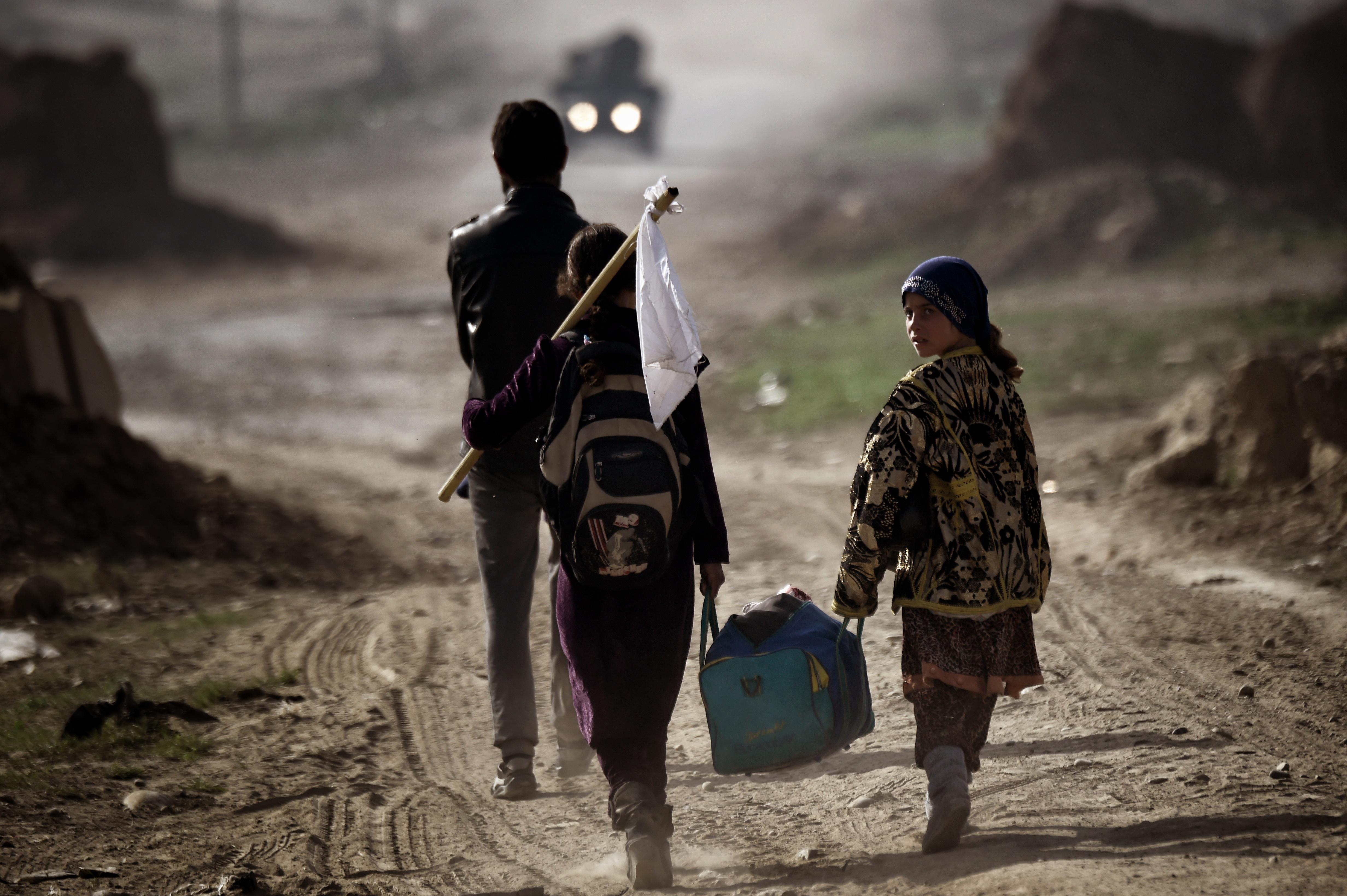 نازحون من الجانب الغربي لمدينة الموصل