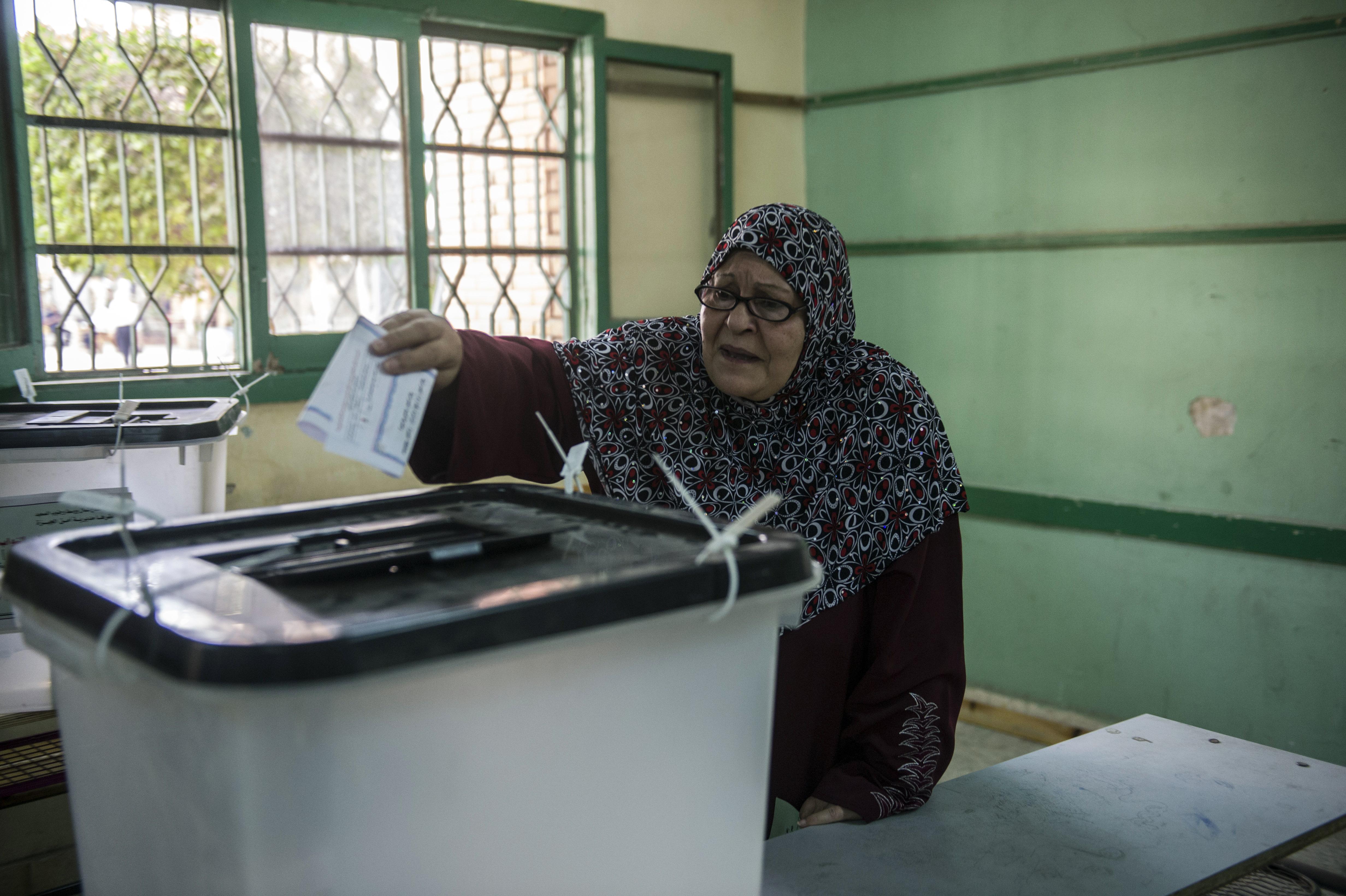 مصرية تدلي بصوتها في الانتخابات البرلمانية