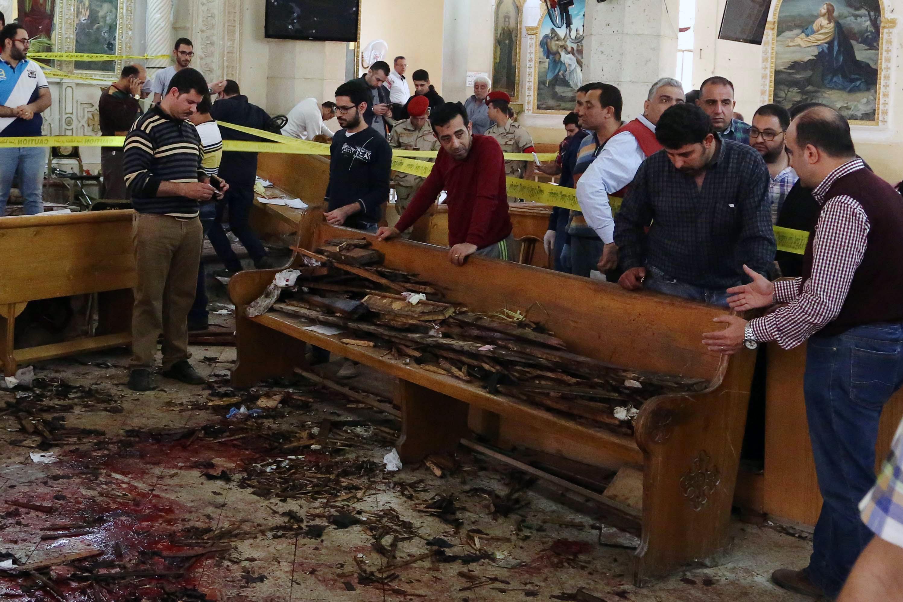 مواطنون يتفقدون آثار الدمار بعد تفجير استهدف كنيسة في طنطا الأحد