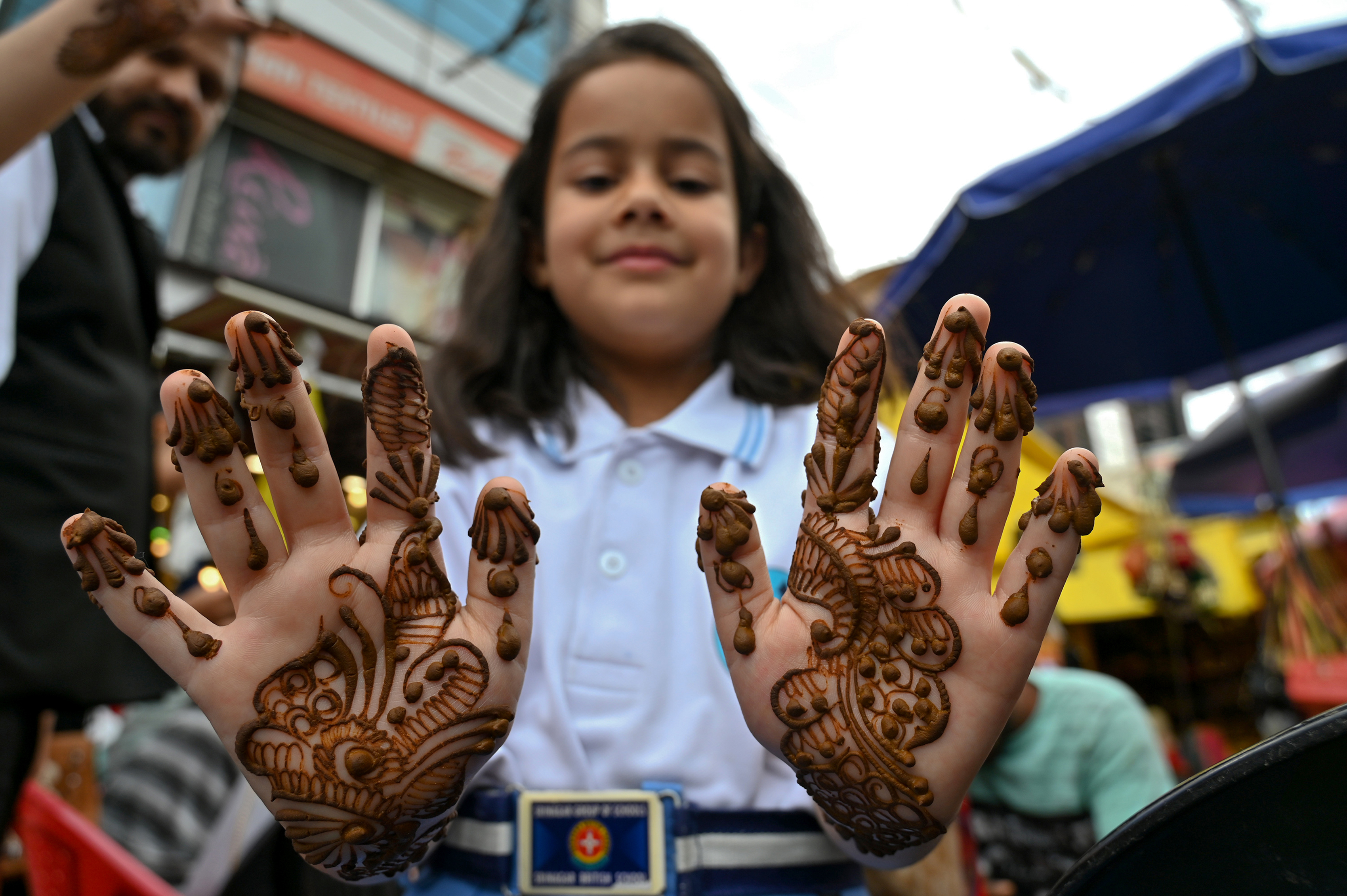 طفلة تزين يديها بالحناء تحضيرا لعيد الفطر في مدينة سريناجار الهندية