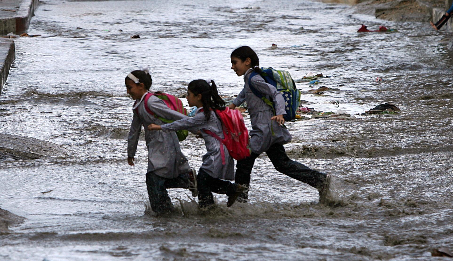 أطفال من غزة في طريقهم إلى المدرسة وسط ظروف قاسية