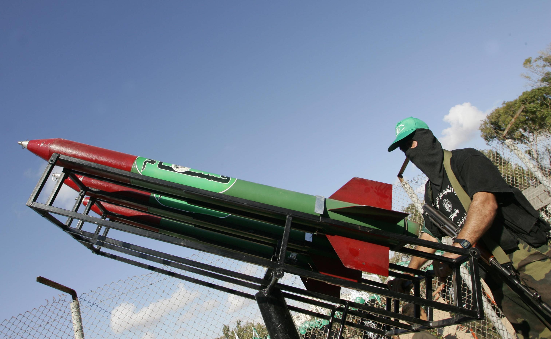 عنصر من كتائب القسام أمام منصة صواريخ (أرشيف)