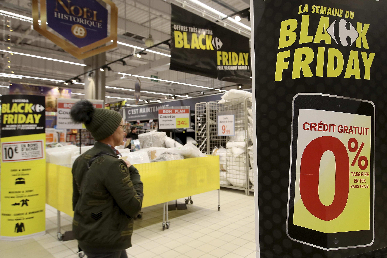 """عروض """"الجمعة السوداء"""" في أحد متاجر """"كارفور"""" في فرنسا. عدد من المشرعين الفرنسيين اقترحوا حظر """"الجمعة السوداء"""" في فرنسا بسبب """"هدر الموارد""""."""