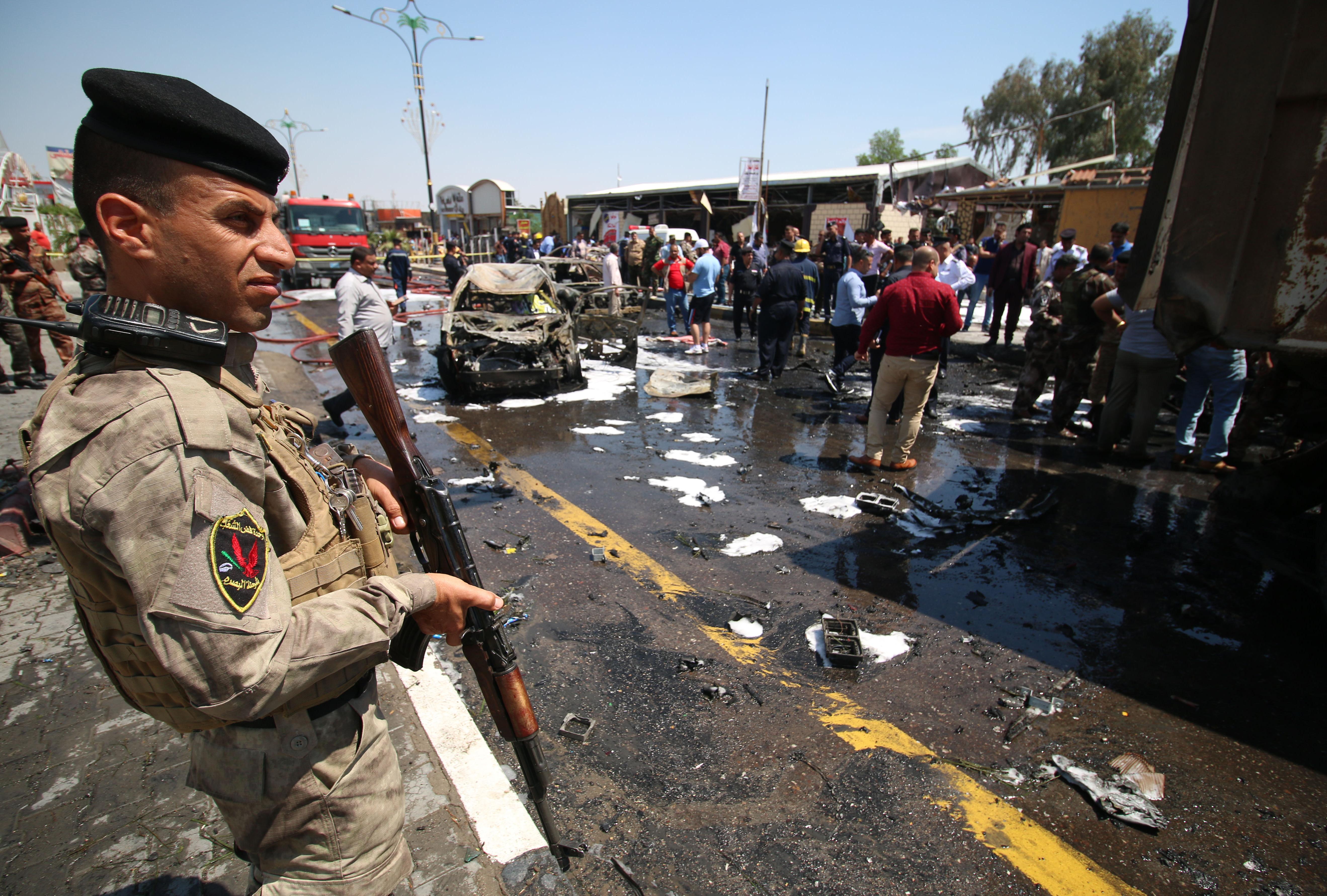قوات الأمن والطوارئ العراقية في موقع التفجير في البصرة