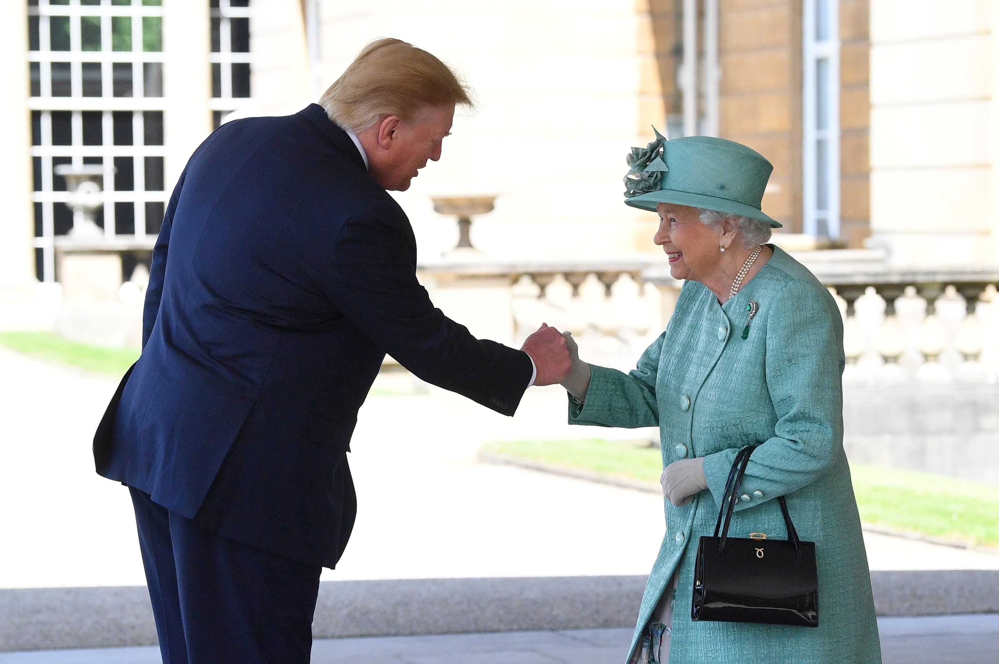 الرئيس دونالد ترامب يصافح ملكة بريطانيا إليزابيث
