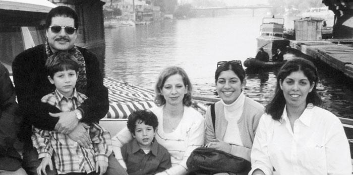 العالم أحمد زويل مع عائلته عام 1999 في قارب على النيل، برفقة عائلته المكونة من نبيل بين ذراعي والده، وهاني تضمه والدته ديما، وابنتيه أماني ومها.