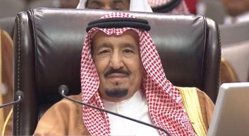 العاهل السعودي خلال كلمة الرئيس المصري عبد الفتاح السيسي في القمة العربية بالأردن