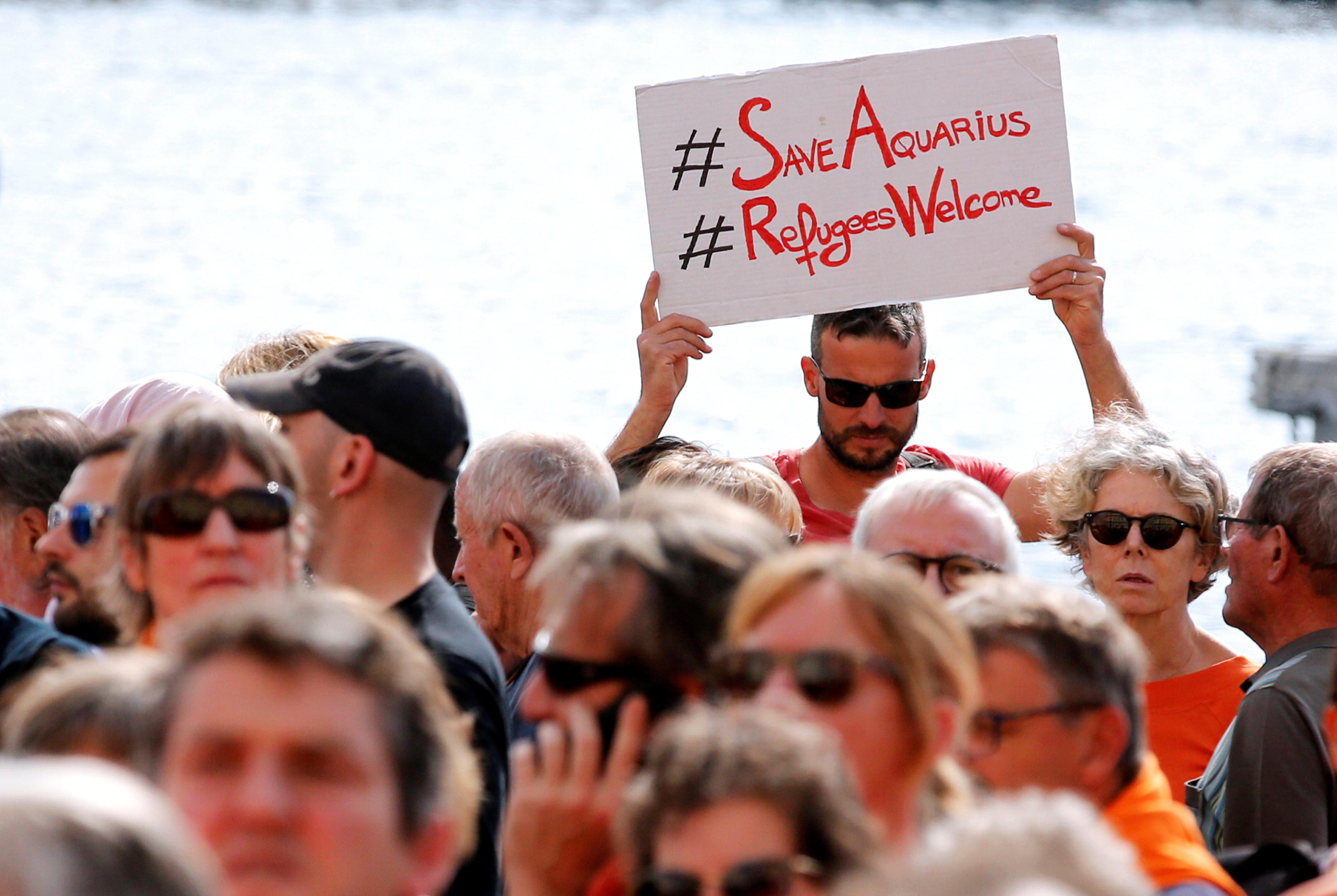 مظاهرة في مارسيليا الفرنسية في أكتوبر الماضي للمطالبة باستكمال عمل سفينة أكواريوس في إنقاذ اللاجئين