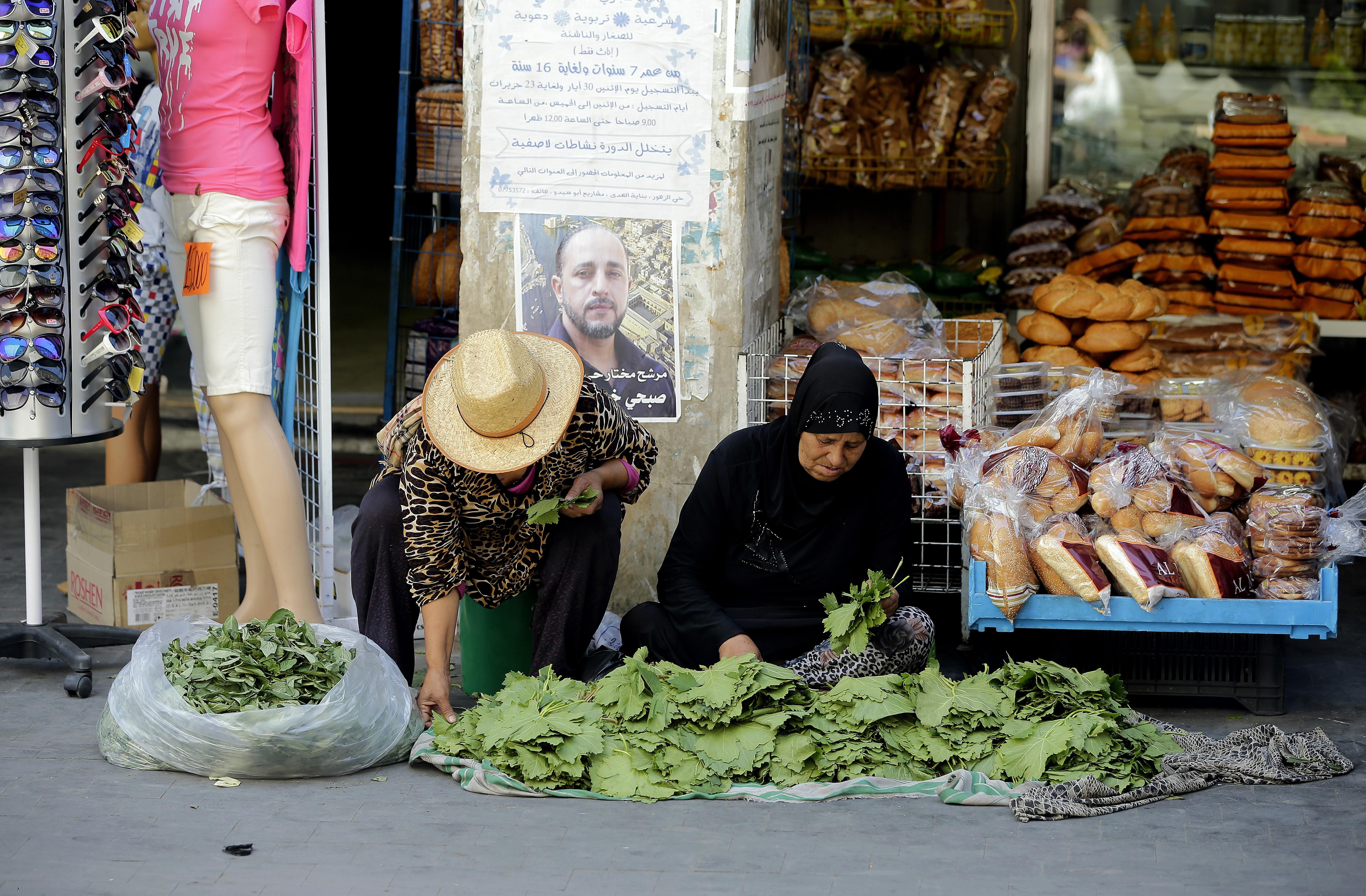 لبنانية تبيع بضاعتها للصائمين في الشارع