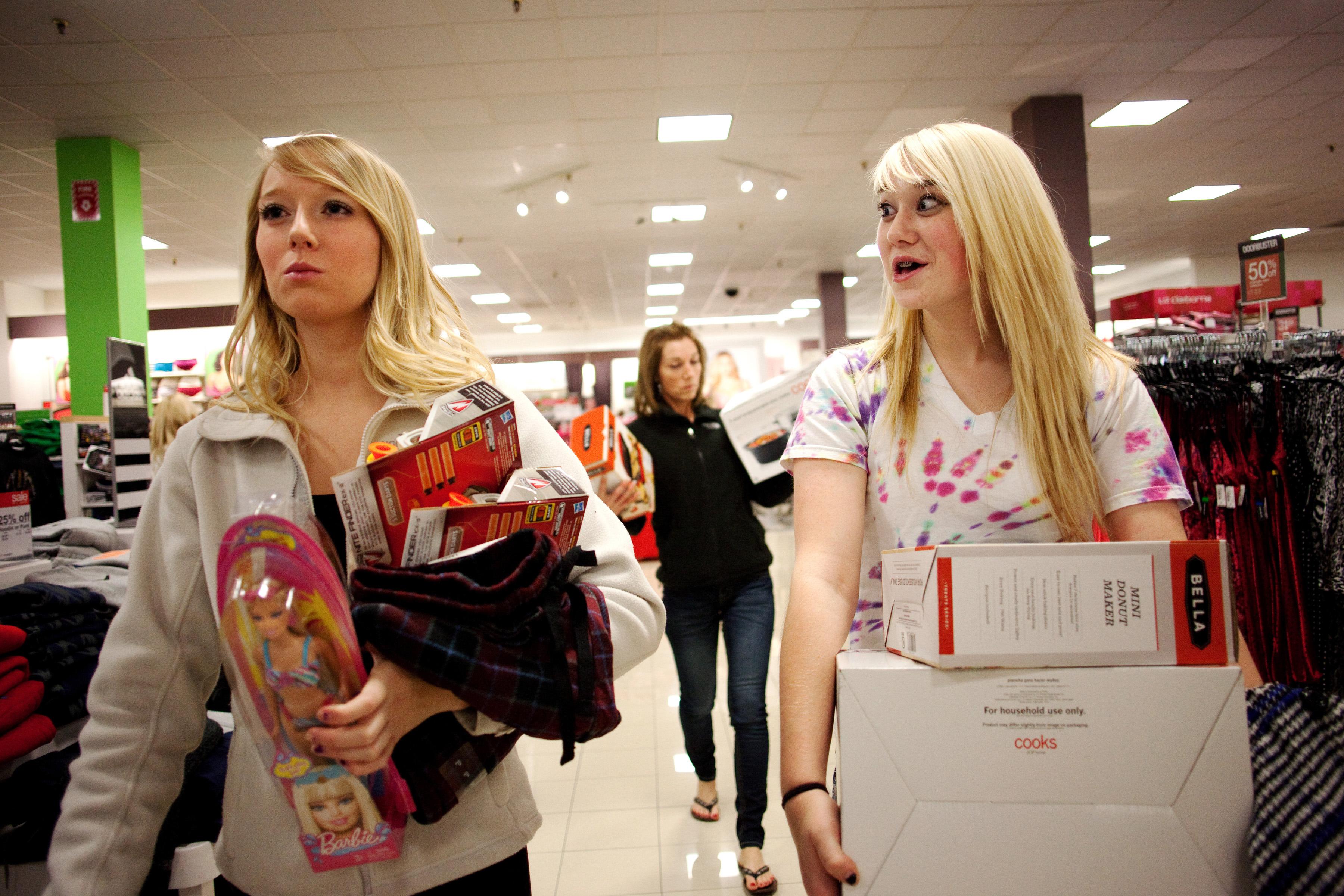 سيدتان في مركز للتسوق