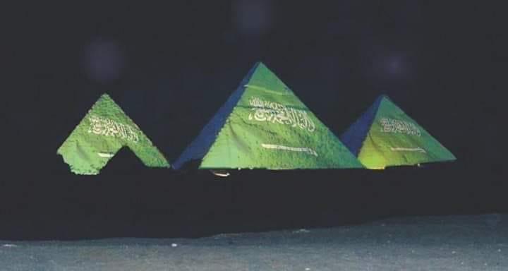 الصورة المتداولة على منصات التواصل الاجتماعي لأهرامات الجيزة مضاءة بألوان العلم السعودي
