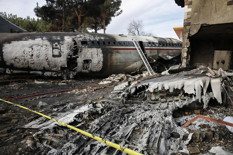 حطام الطائرة الإيرانية التي سقطت