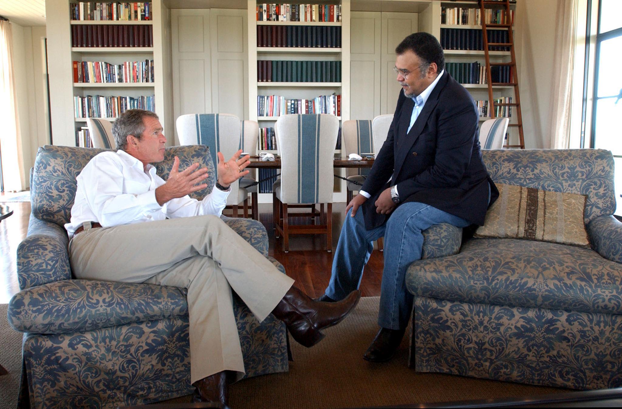 الرئيس الأميركي الأميركي السابق جورج بوش وبند بن سلطان، السفير السعودي إلى واشنطن سابقا في صورة تعود إلى العام 2002