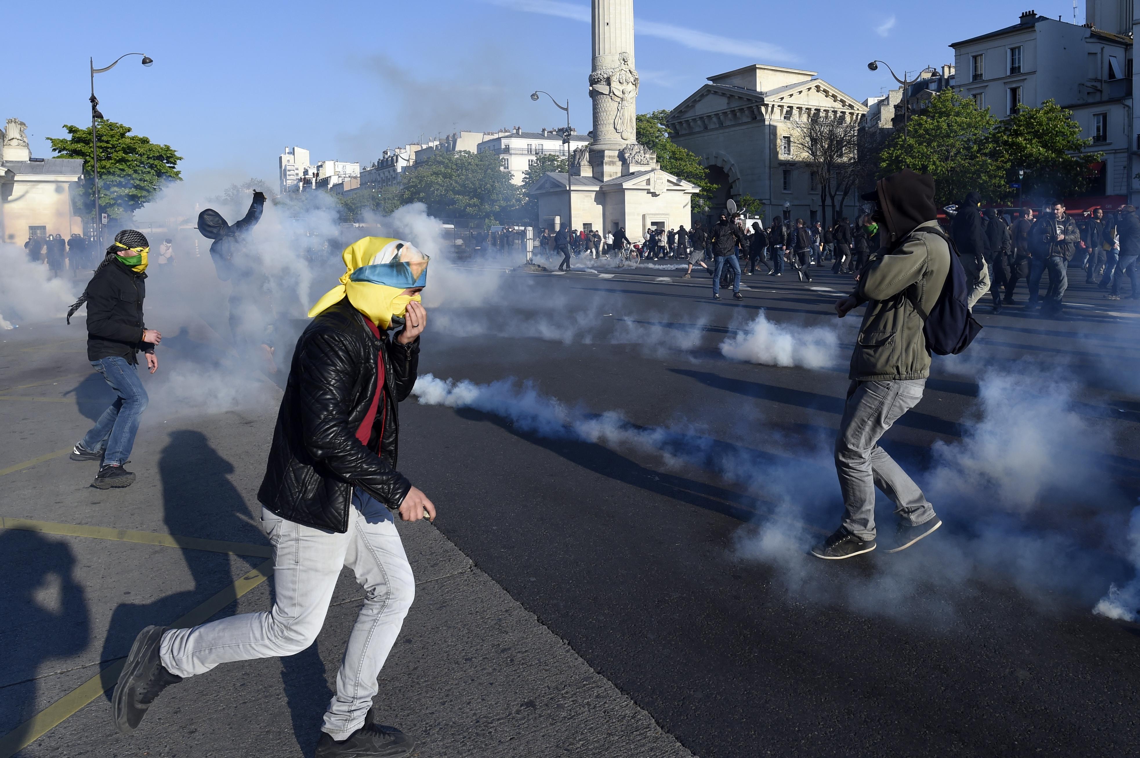 جانب من المواجهات بين محتجين والشرطة في باريس