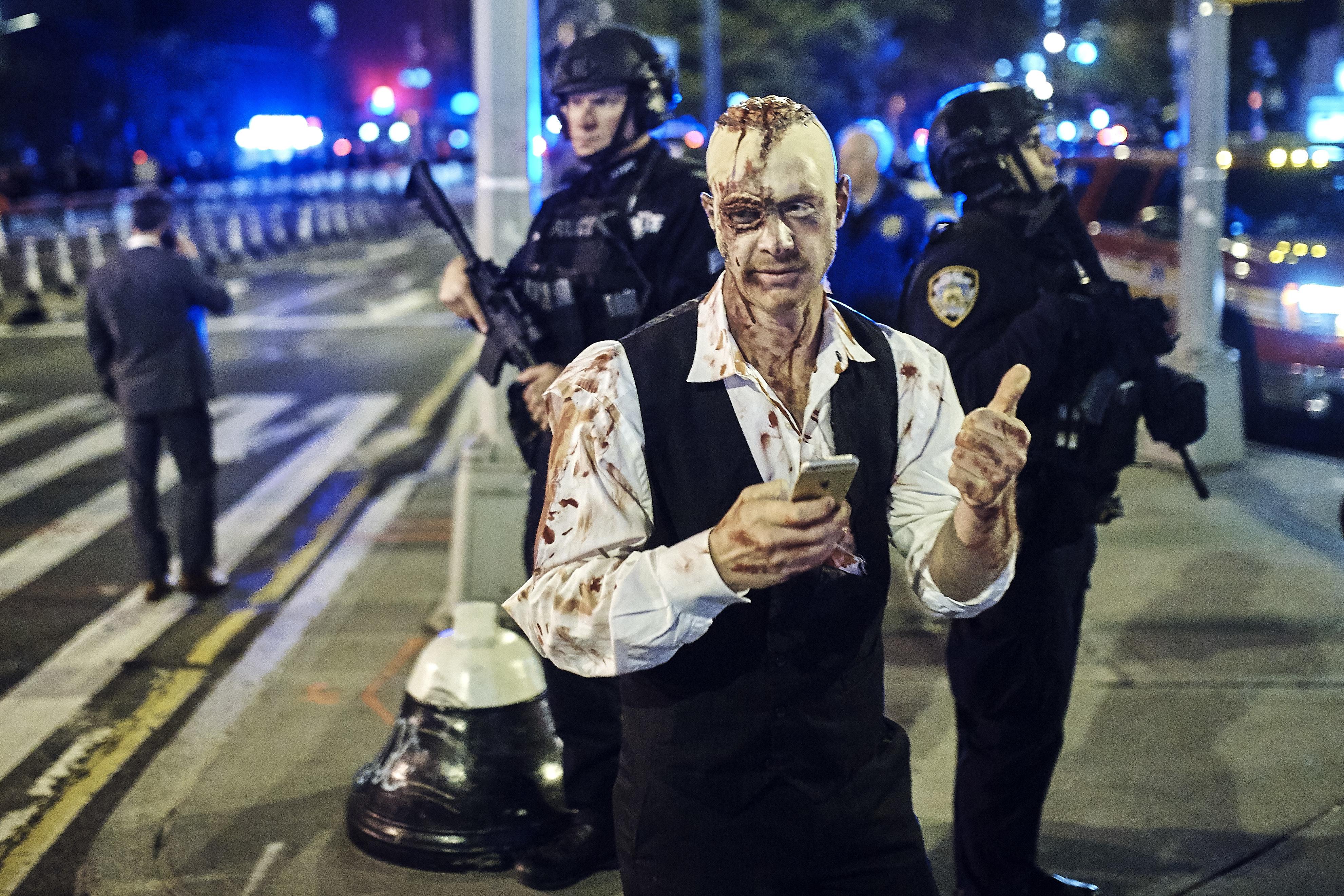 المشاركون في احتفالات هالوين يرتدون أزياء بعضها مرعبة أحيانا