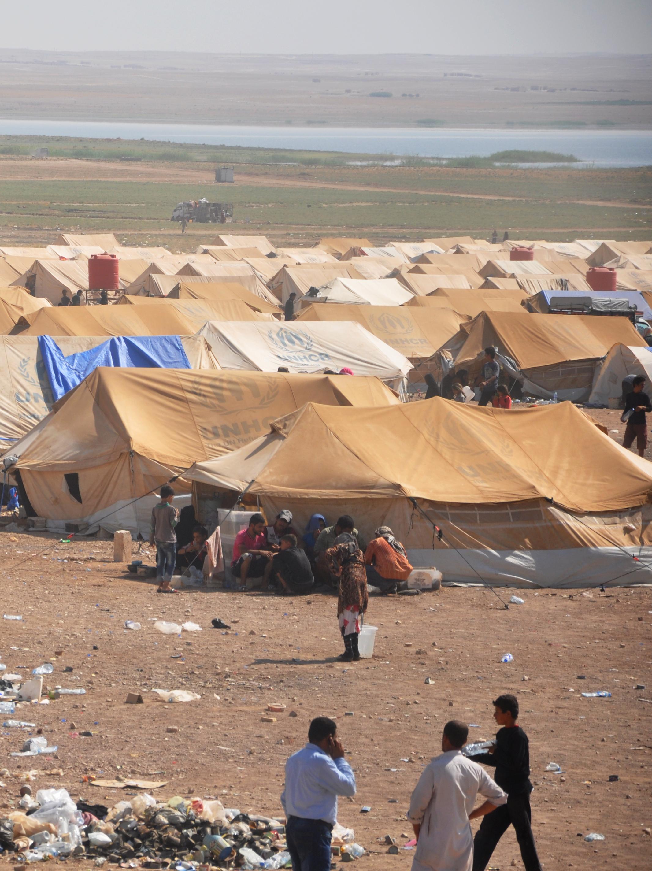 نازحون في مخيم قرب منطقة العريشة في محافظة الحسكة المحاذية لدير الزور