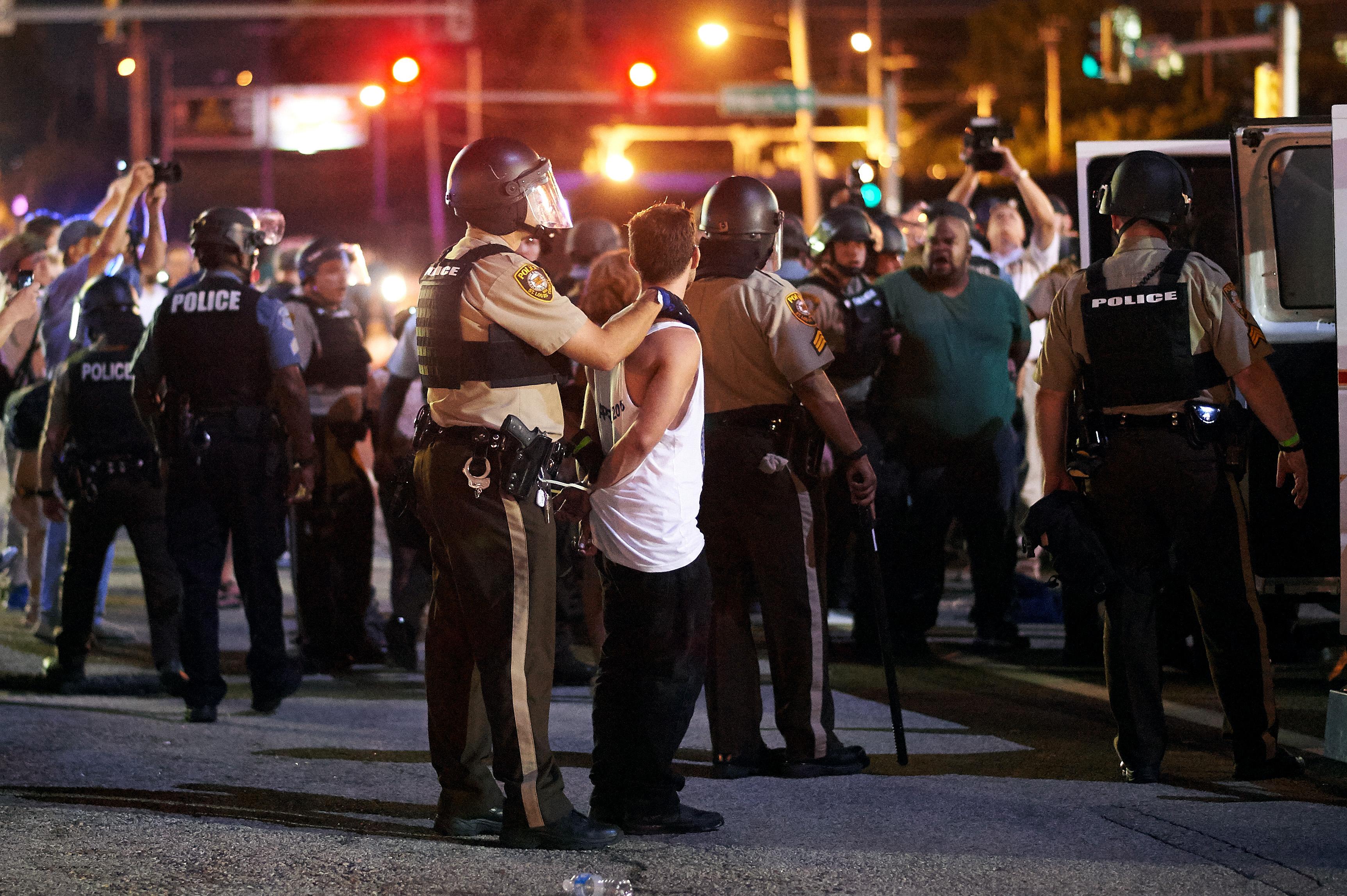 الشرطة تعتقل أحد المتظاهرين في فيرغسون