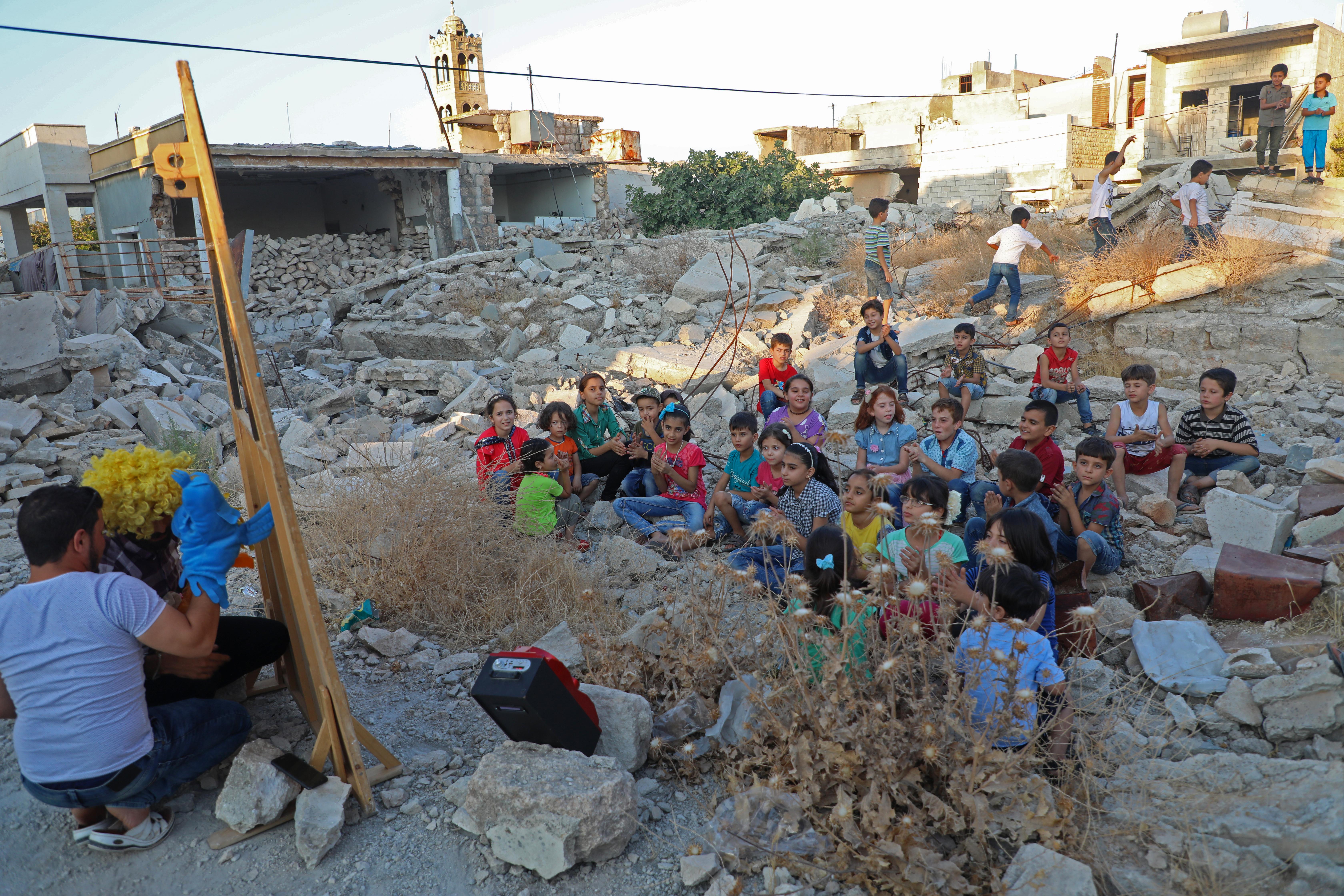 المهرج وليد أبو راشد يتنقل منذ سنوات في إدلب للترفيه عن الأطفال العالقين في دوامة الحرب والمعارك