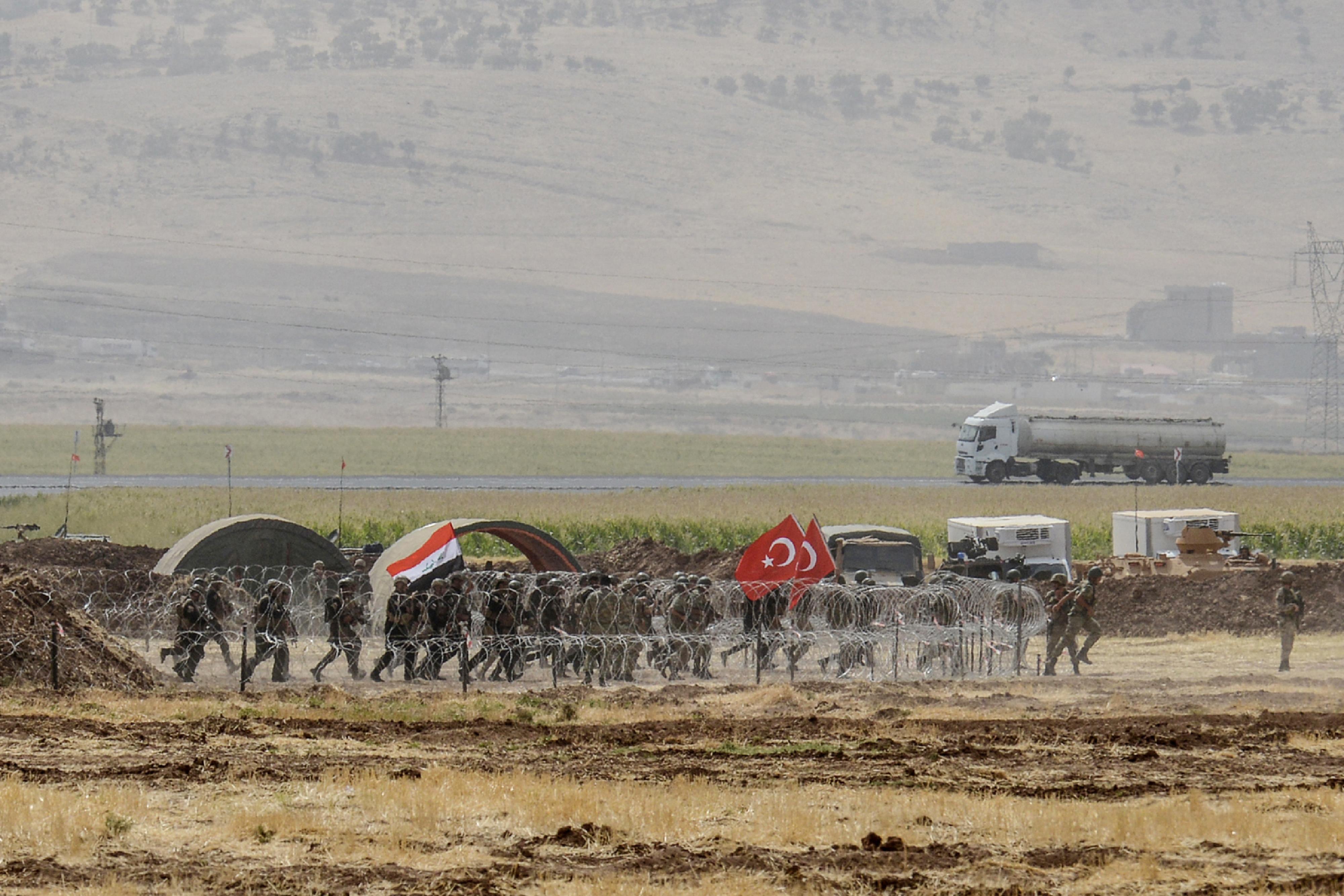 قوات عراقية وتركية خلال المناورات العسكرية على الحدود بين البلدين