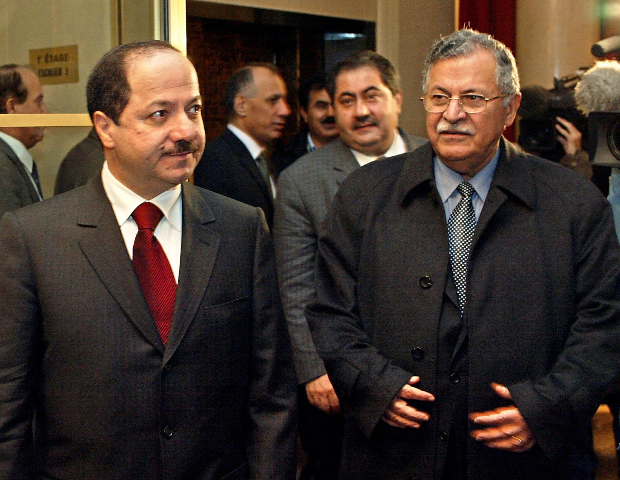 صورة للزعيمين الكرديين جلال طالباني ومسعود بارزاني في عام 2002