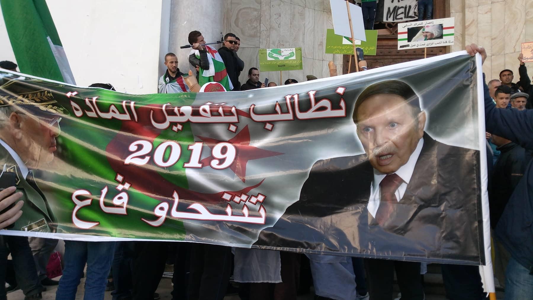 لافتة من الحراك الجزائري رفعت إجابة لمقترح قائد أركان الجيش