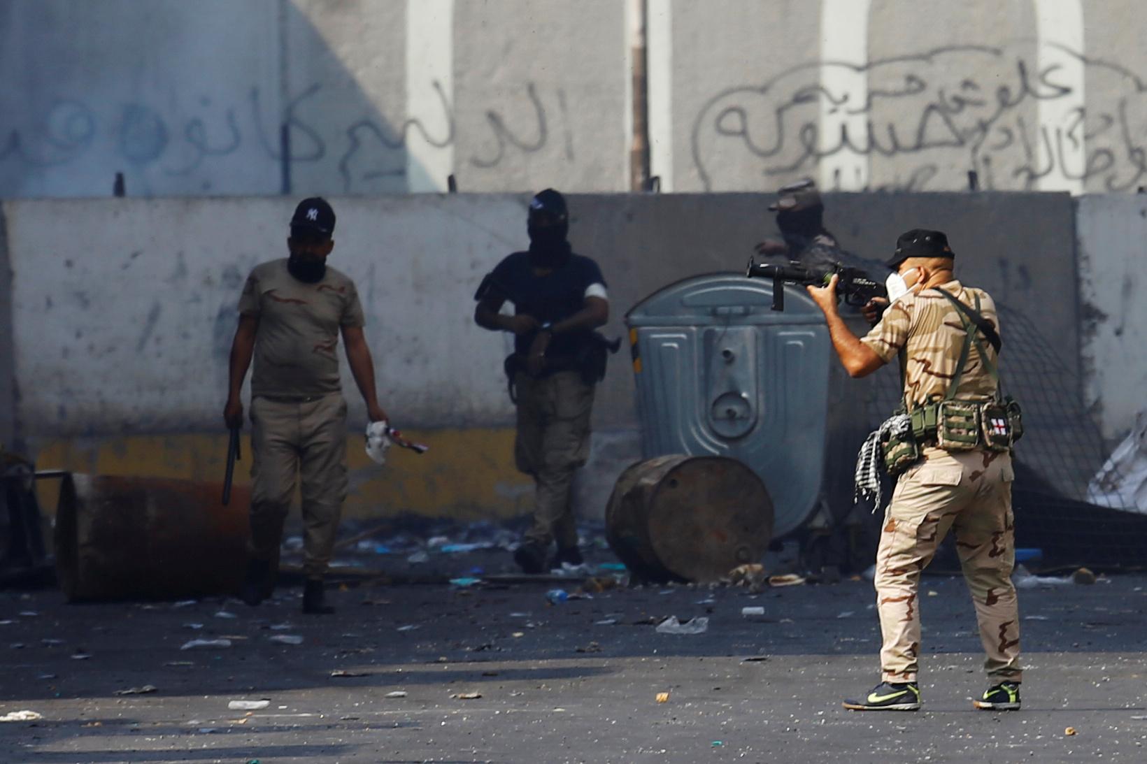 عناصر أمن خلال الاحتجاجات المستمرة في بغداد
