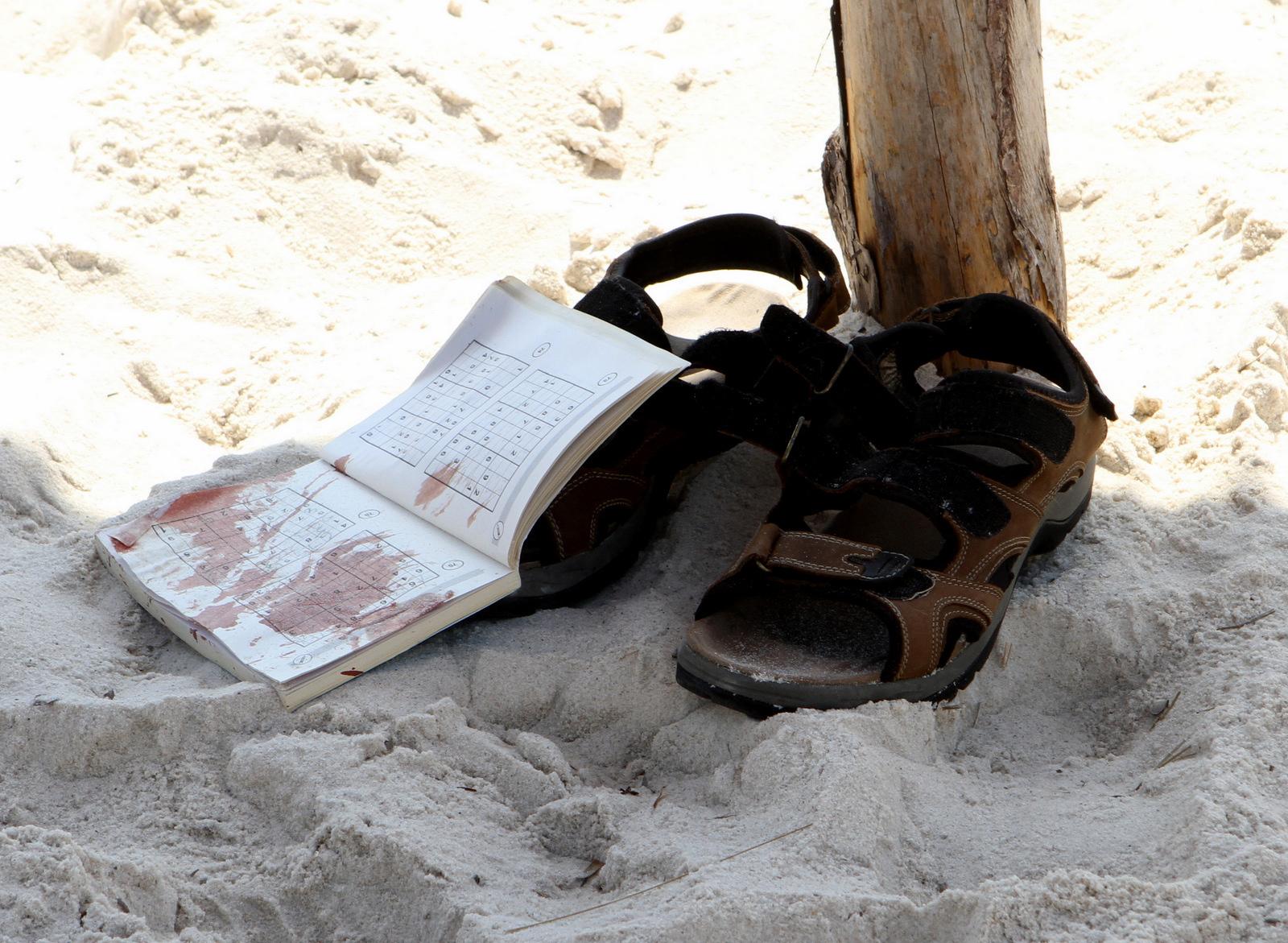 كتاب تلطخ بالدم في ساحة فندق سوسة الذي شهد هجوما إرهابيا اليوم