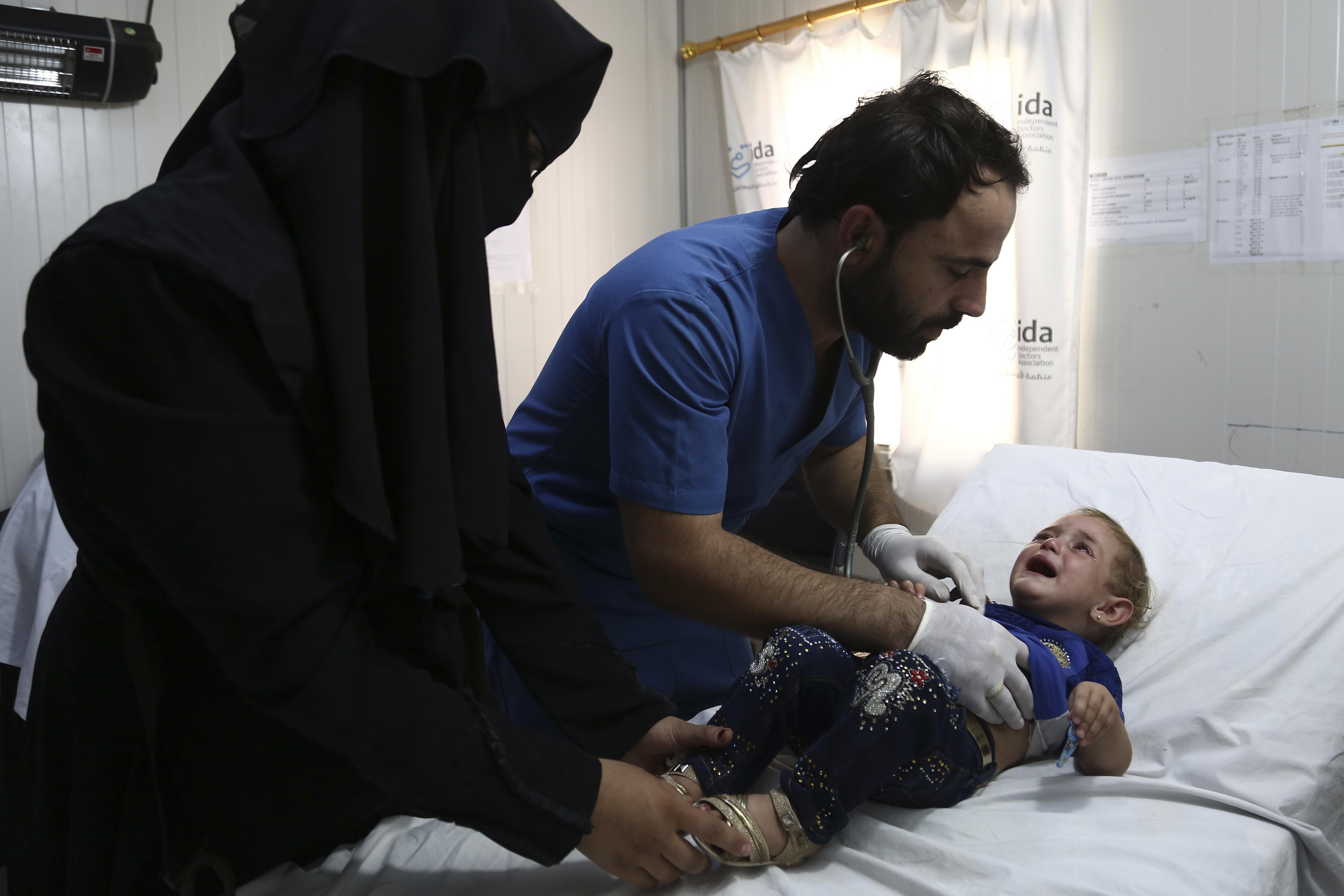 طبيب سوري في قرية تابعة للمعارضة بمحافظة إدلب أثناء مزاولة عمله - 16 أيلول/سبتمبر 2018