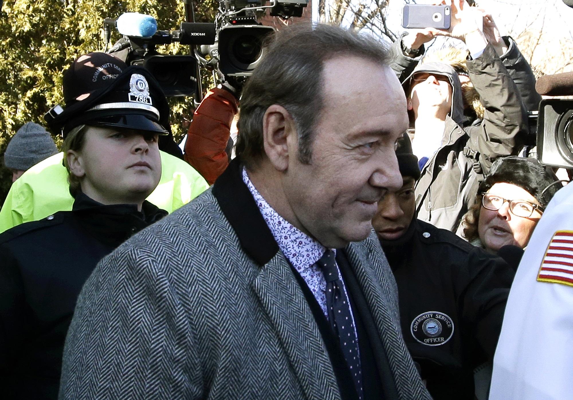 كيفن سبيسي مغادرا المحكمة
