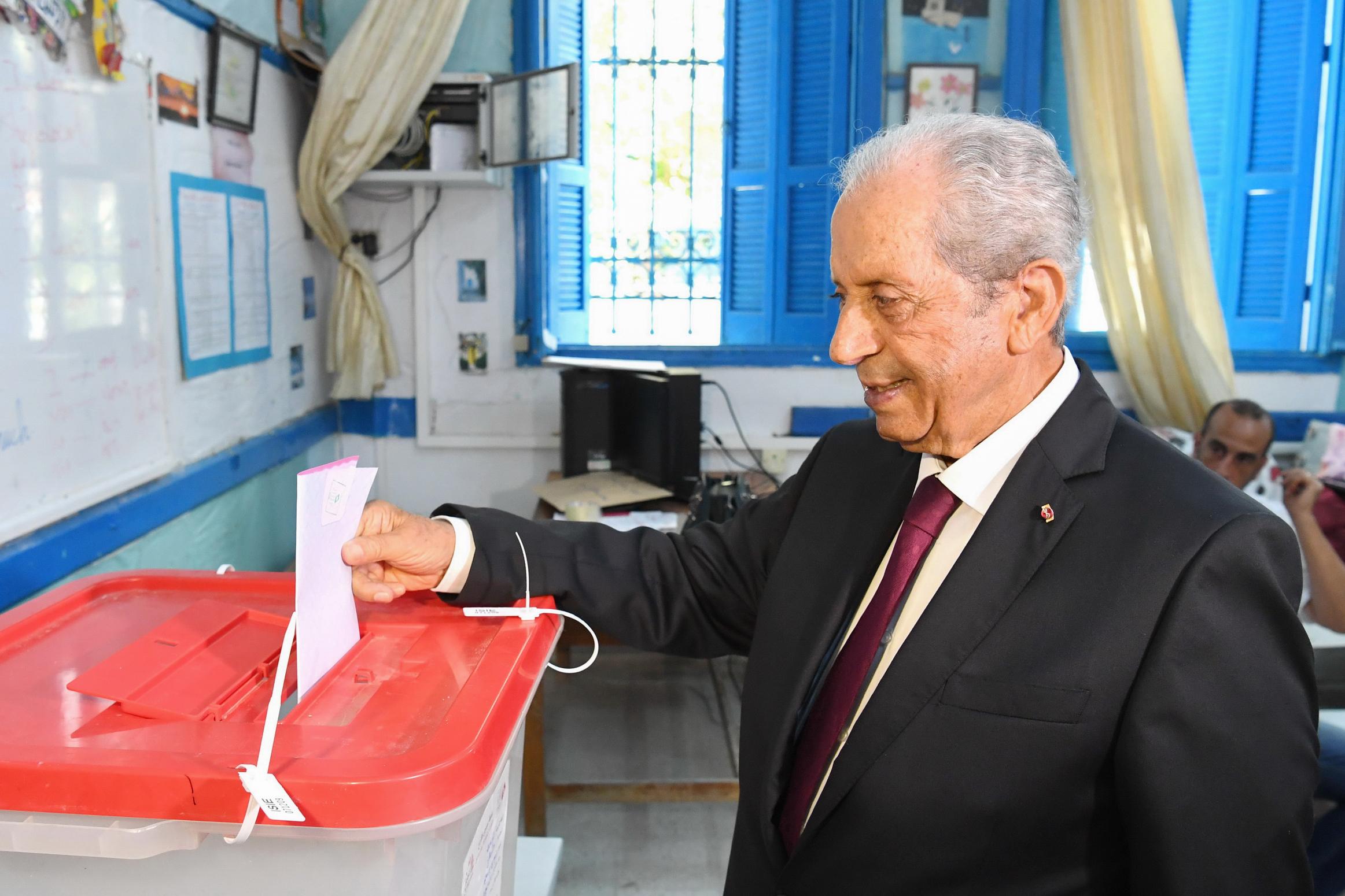 رئيس تونس المؤقت محمد الناصر يدلي بصوته في الانتخابات
