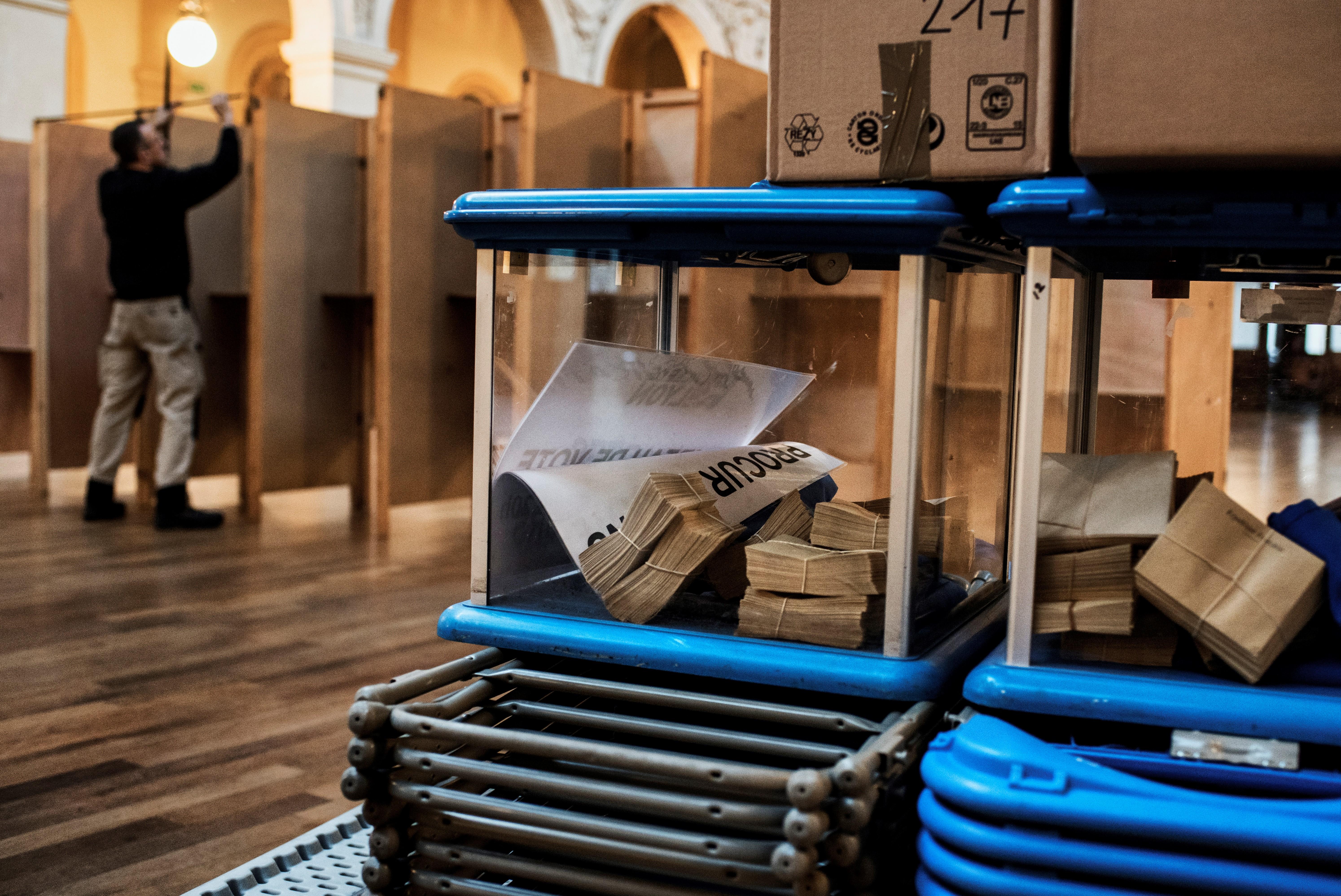 موظف حكومي يحضر مركزا للإقتراع في ليون السبت