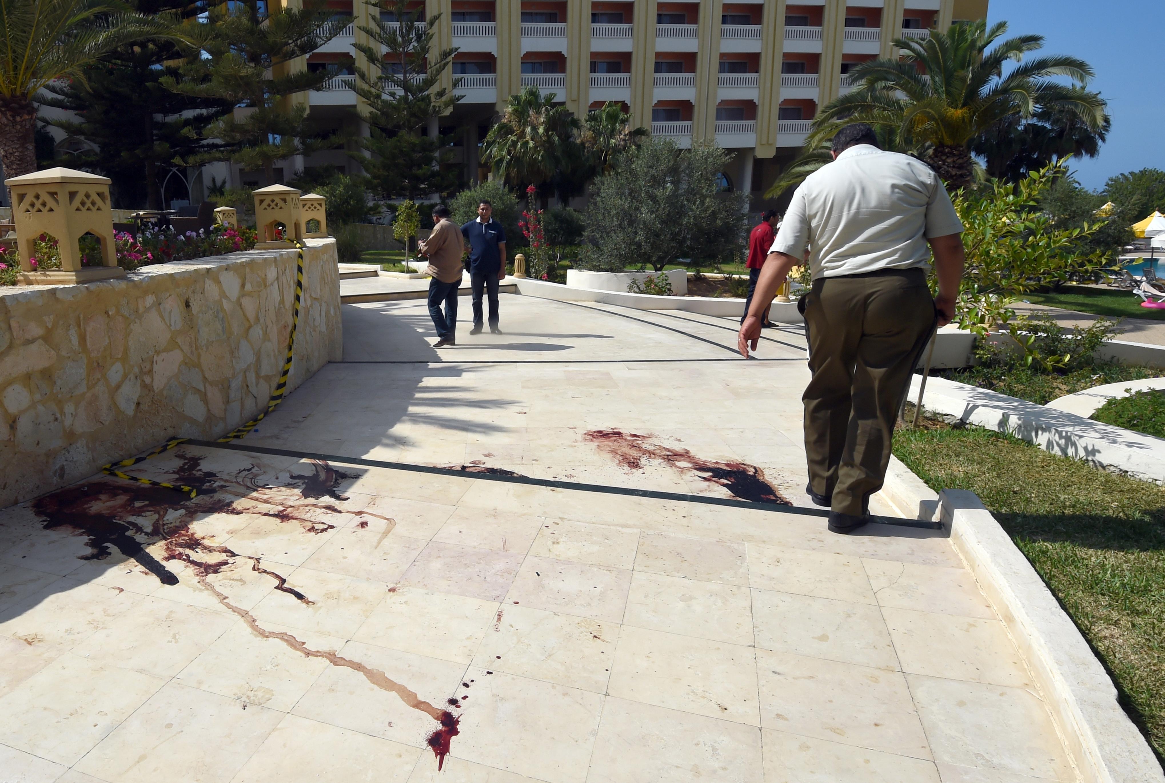 آثار الاعتداء على أحد فنادق سوسة في تونس