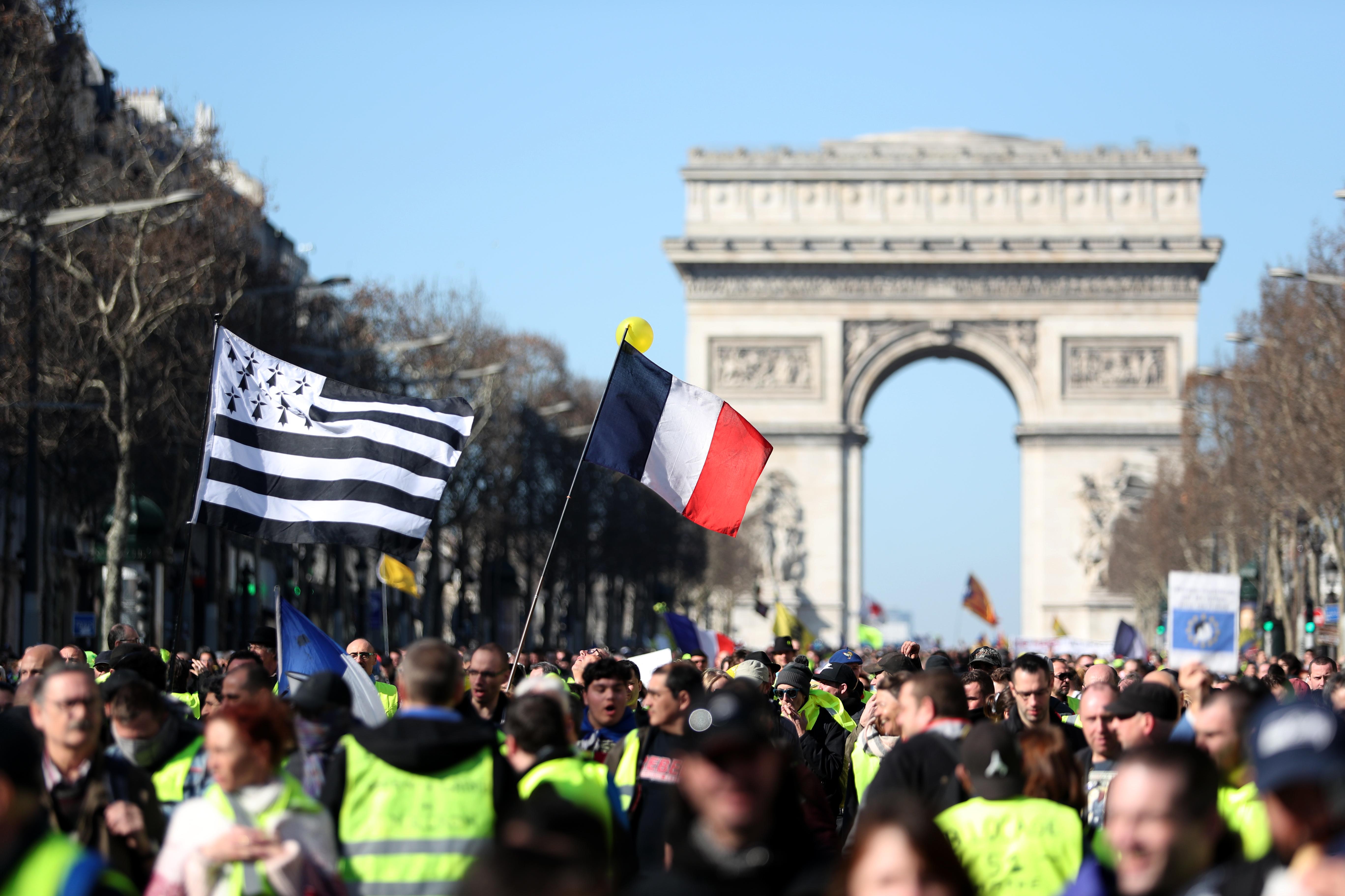 محتجو السترات الصفراء أمام قوس النصر في باريس