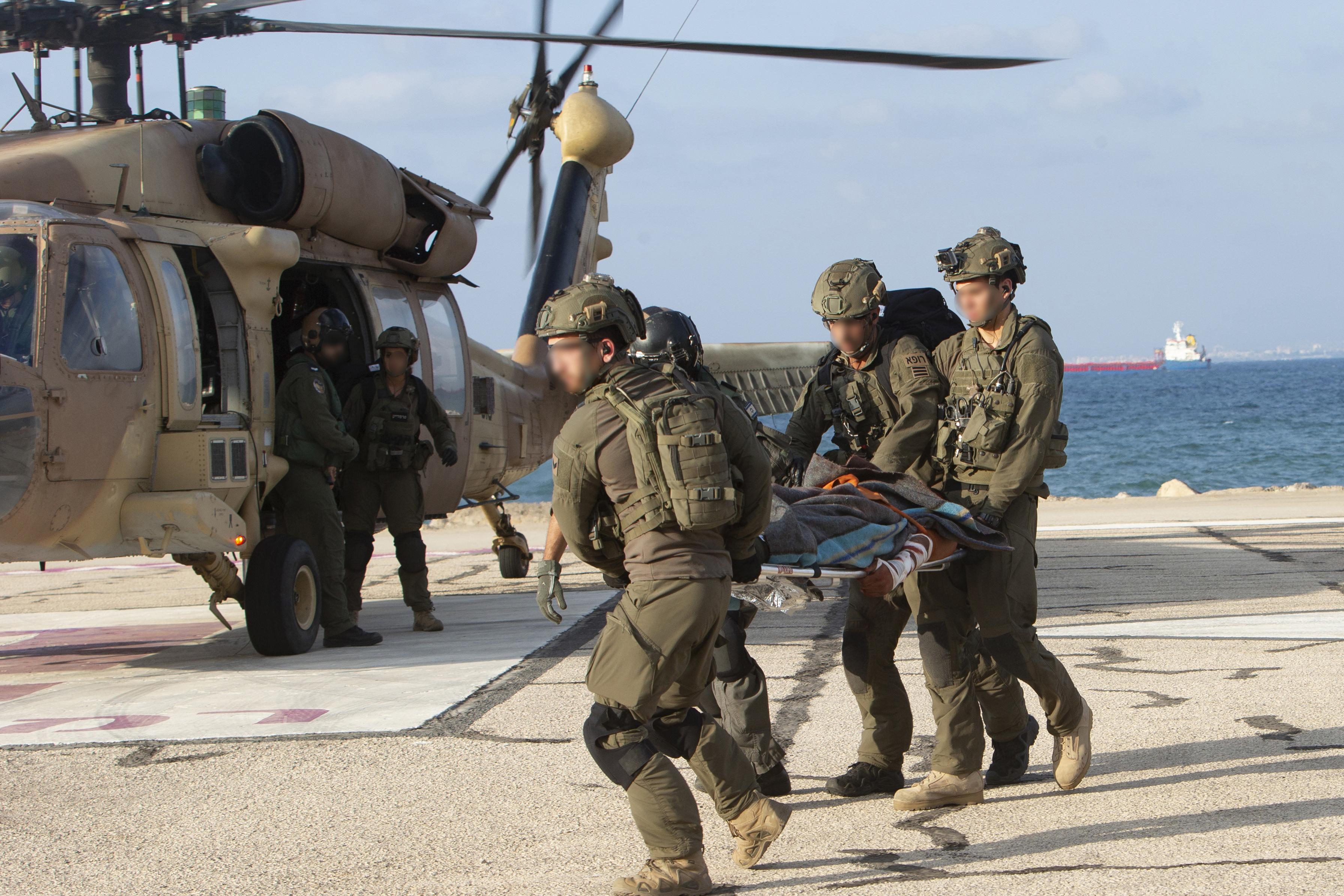 """مسعفون إسرائيليون ينقلون مصابين """"وهميين"""" إلى مروحية عسكرية بعد هجوم حزب الله"""