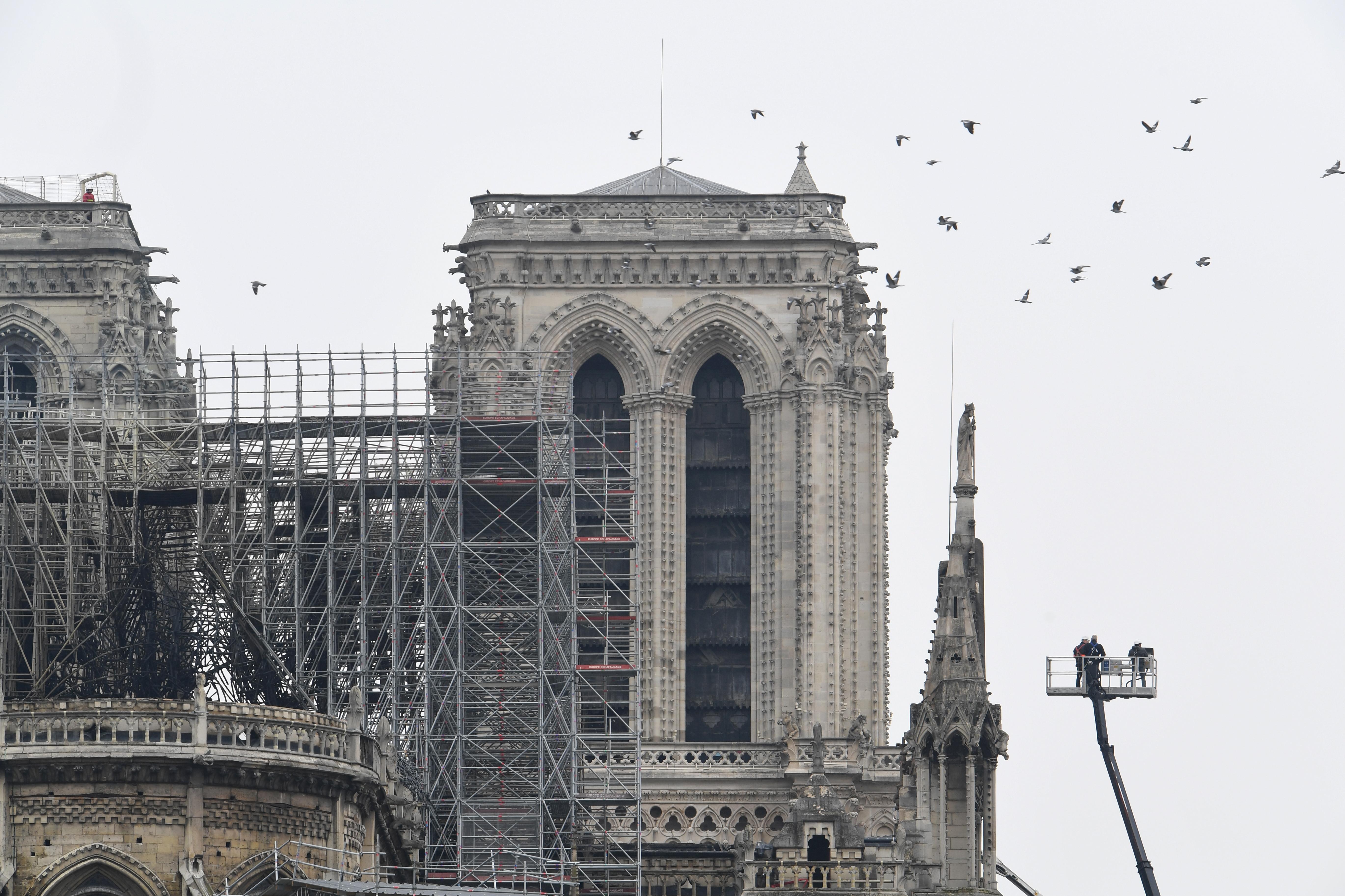 رجال الإطفاء يؤمنون كاتدرائية نوتردام بعد إطفاء الحريق - 16 نيسان/أبريل 2019