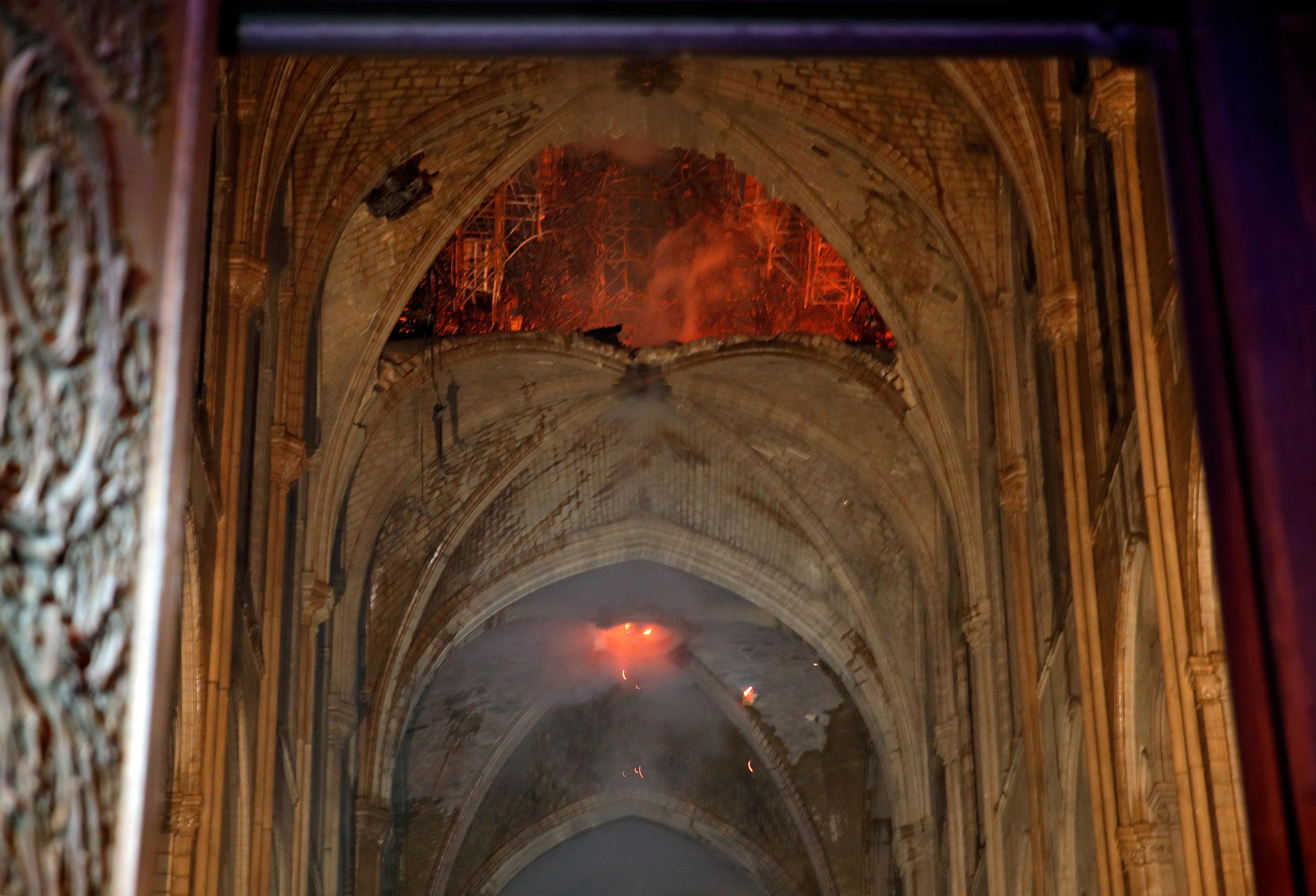 كاتدرائية نوتر دام من الداخل أثناء الحريق