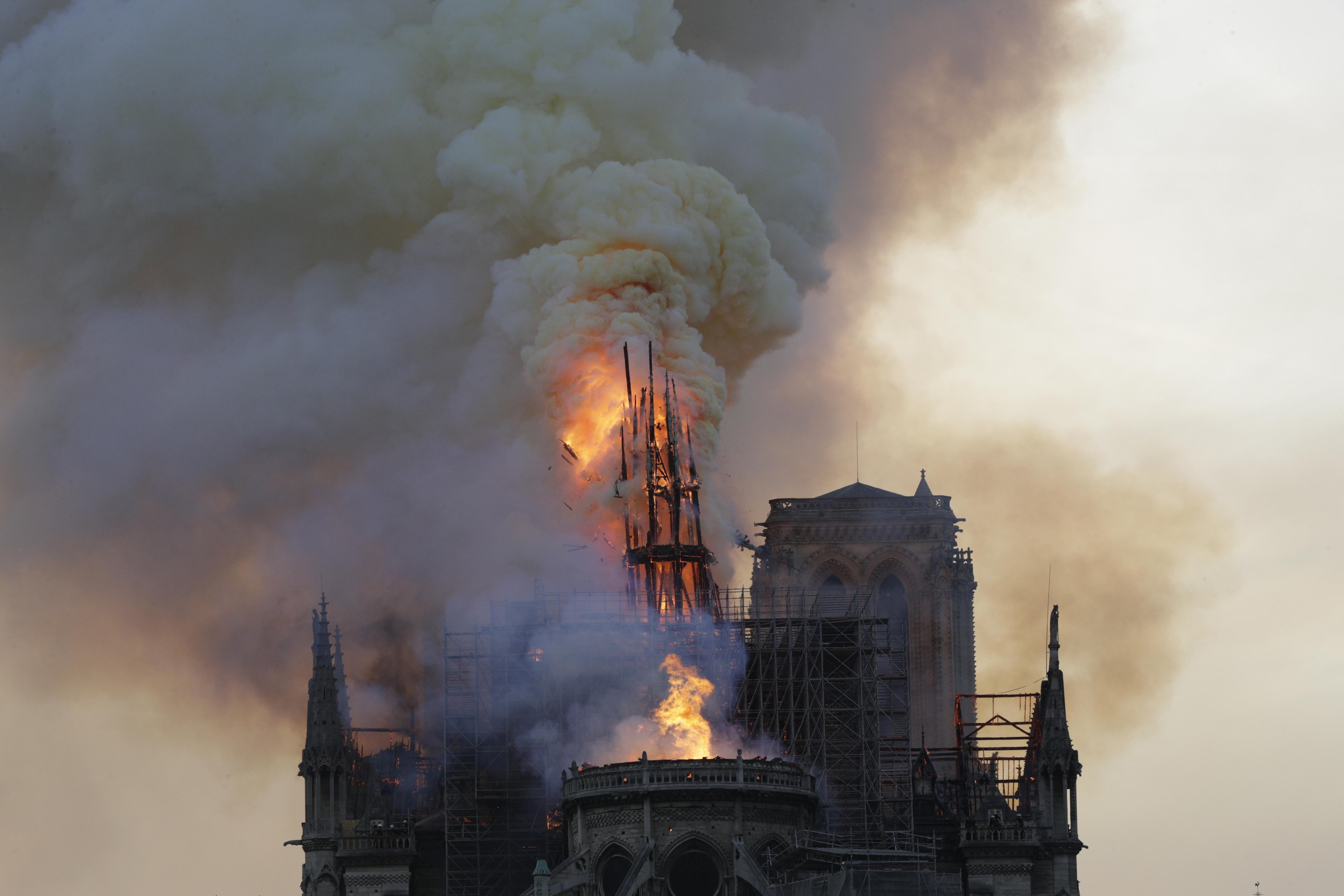 النيران تشتعل في برج كاتدرائية نوتردام