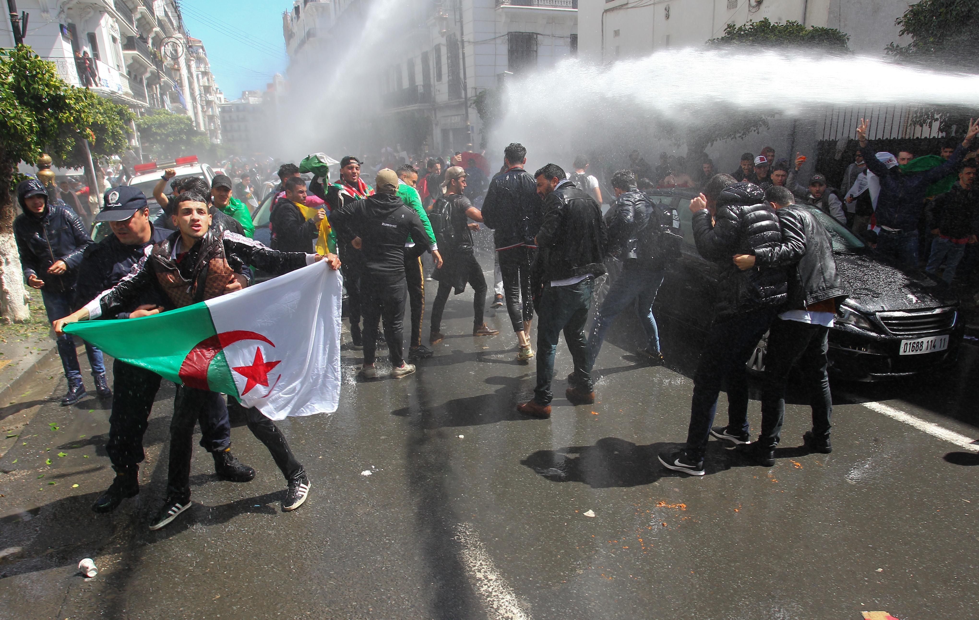 قوات الأمن الجزائرية تواجه المحتجين على الحكومة بالماء والغاز المسيل للدموع